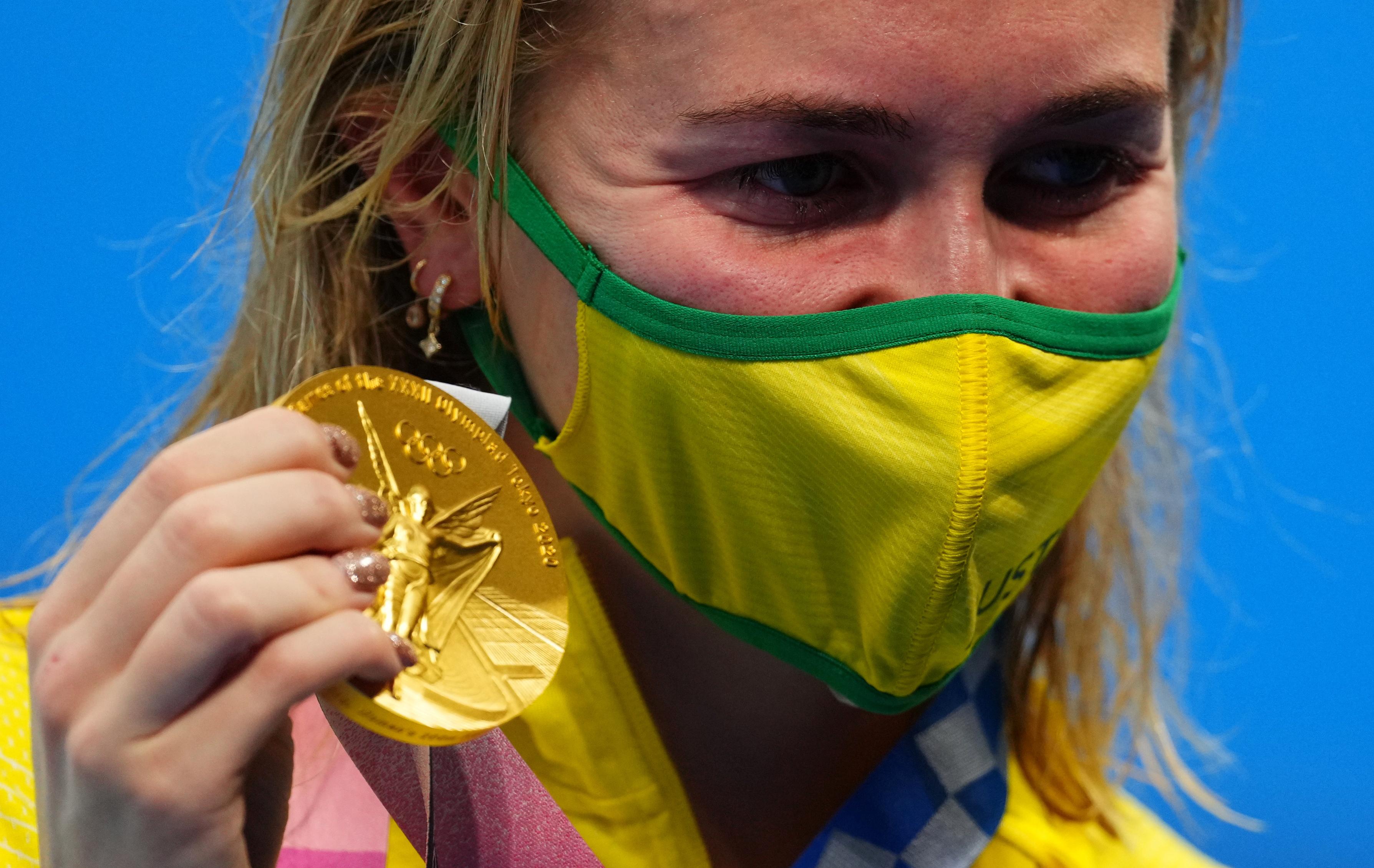 Tokyo 2020 Olympics - Swimming - Women's 200m Freestyle - Medal Ceremony - Tokyo Aquatics Centre - Tokyo, Japan - July 28, 2021. Ariarne Titmus of Australia poses with the gold medal REUTERS/Aleksandra Szmigiel
