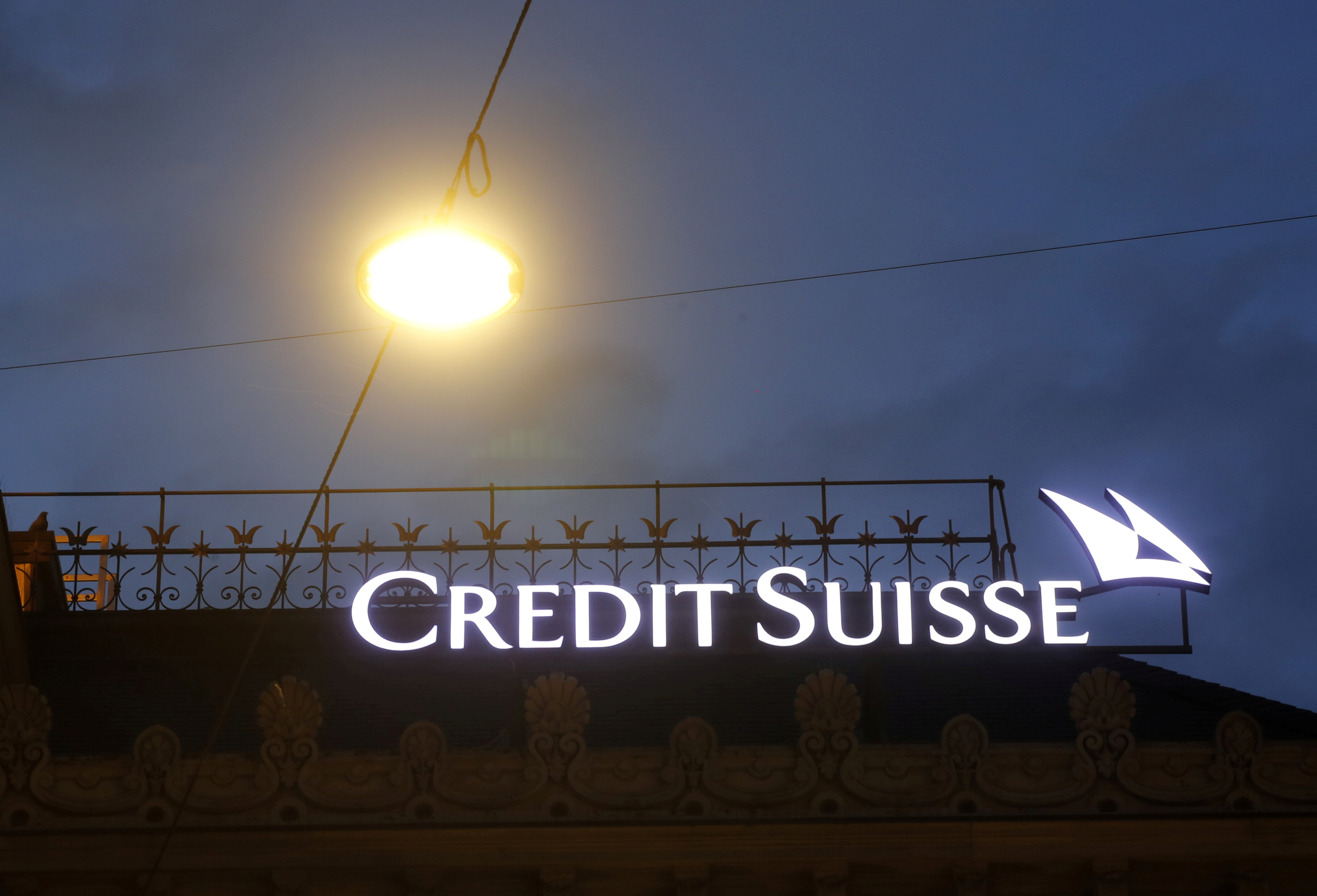 The logo of Swiss bank Credit Suisse is seen at its headquarters in Zurich, Switzerland June 22, 2020. REUTERS/Arnd Wiegmann/File Photo