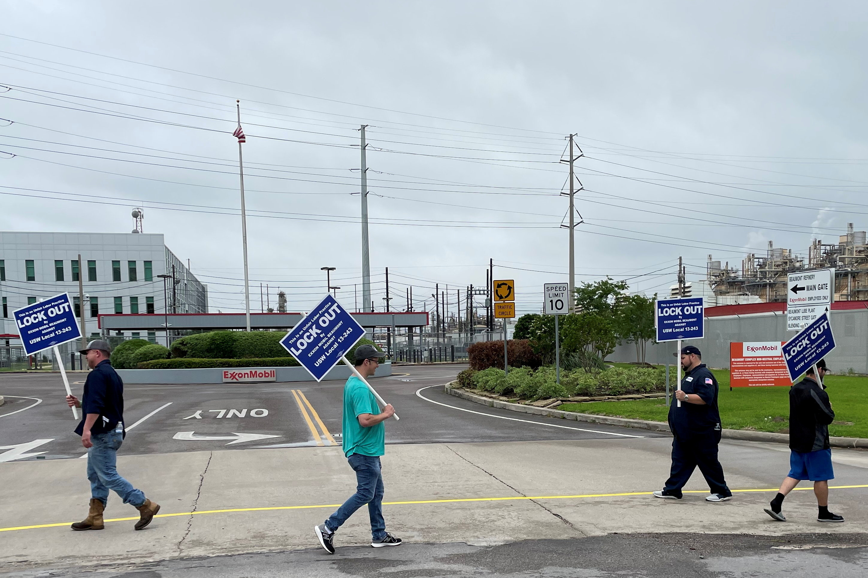 United Steelworkers (USW) union members picket outside Exxon Mobil's oil refinery amid a contract dispute in Beaumont, Texas, U.S., May 1, 2021. Exxon locked out the plant's about 650 union-represented employees citing fears of a strike. REUTERS/Erwin Seba/File Photo
