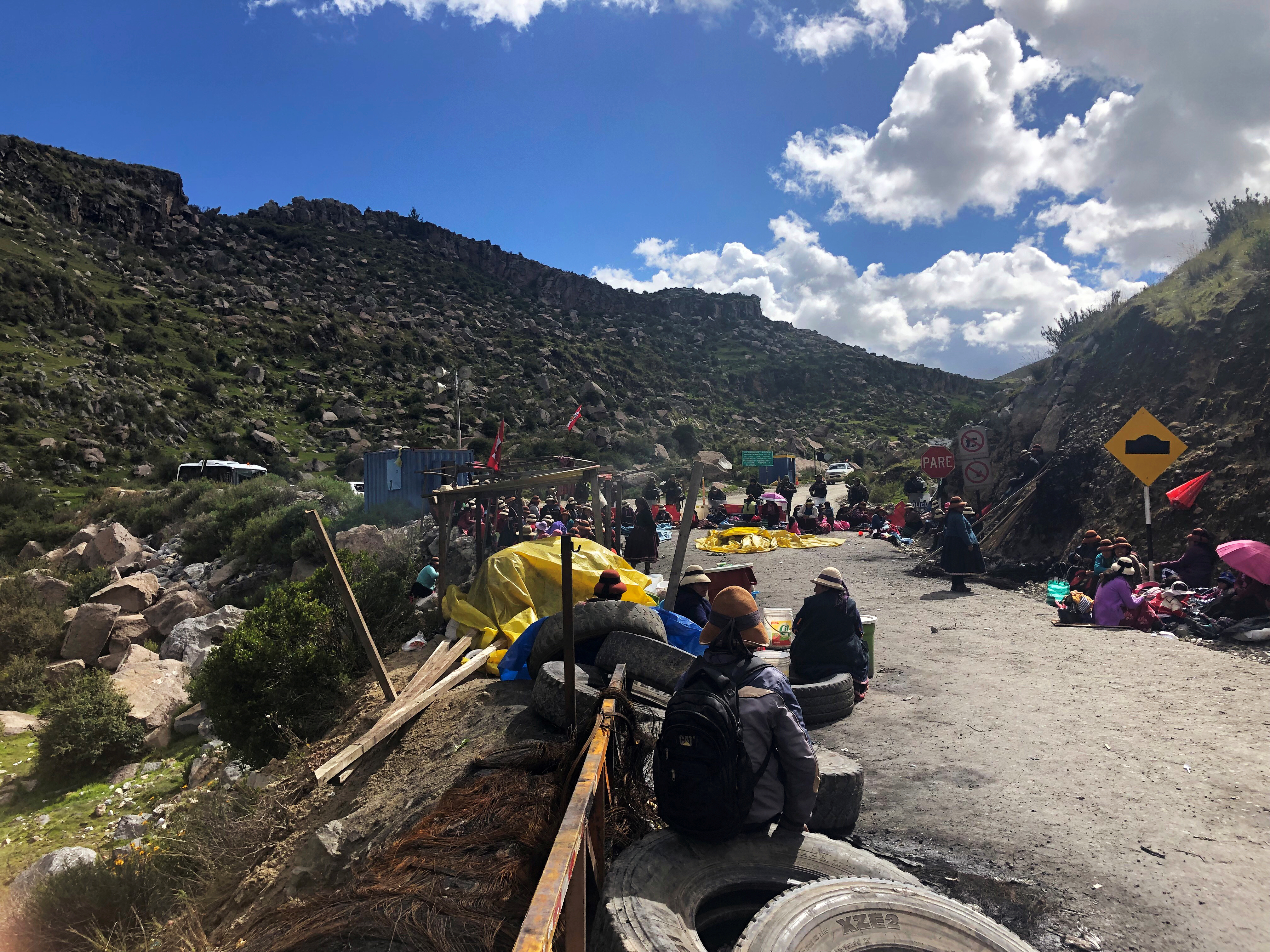 Demonstrators block a road access to a copper mine during a protest in Fuerabamba, Apurimac, Peru March 29, 2019. REUTERS/Mitra Taj