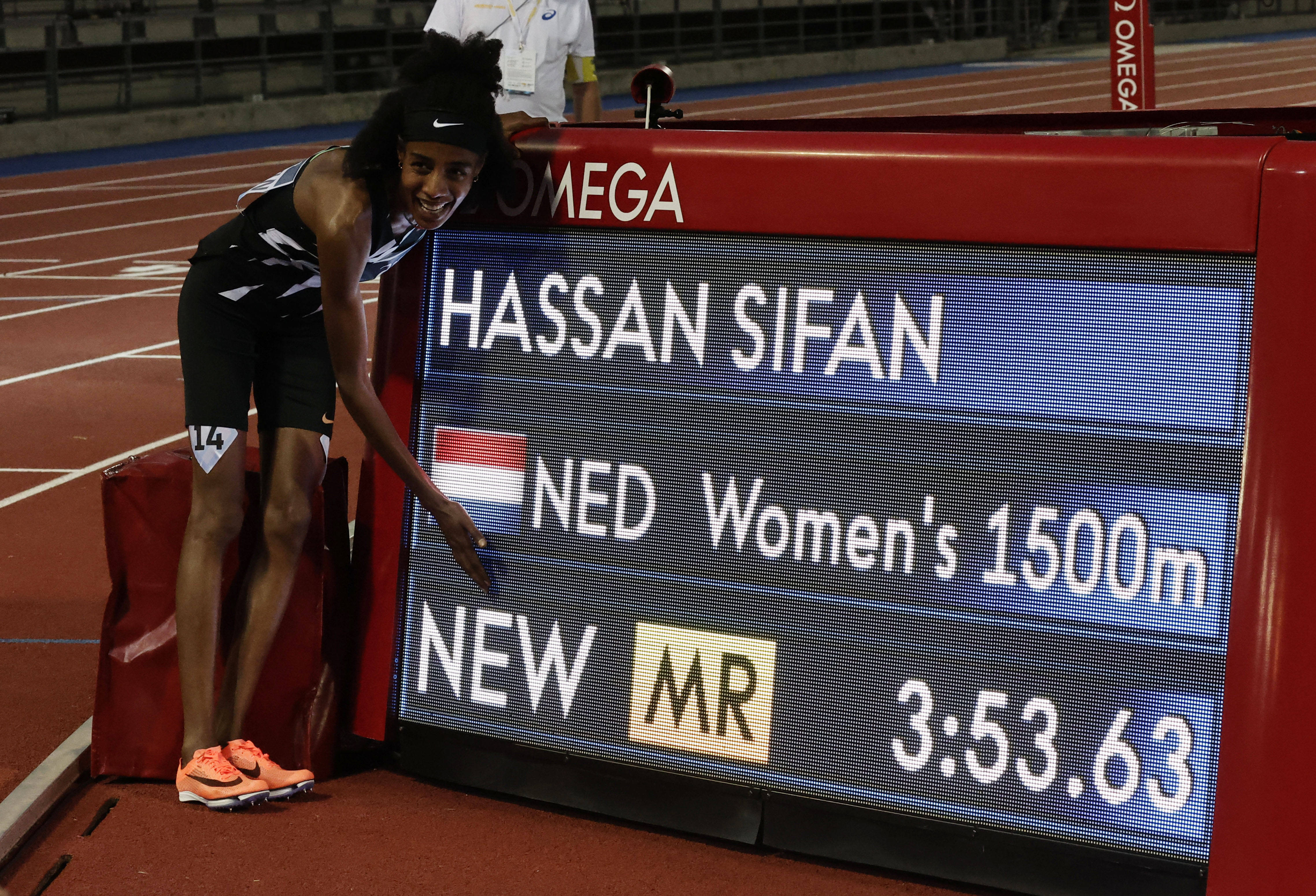 Athletics - Diamond League - Rome/Florence - 2021 Pietro Mennea Golden Gala - Stadio Luigi Ridolfi, Florence, Italy - June 10, 2021 Netherlands' Sifan Hassan poses next to her time displayed on the screen after winning the women's 1500m REUTERS/Ciro De Luca