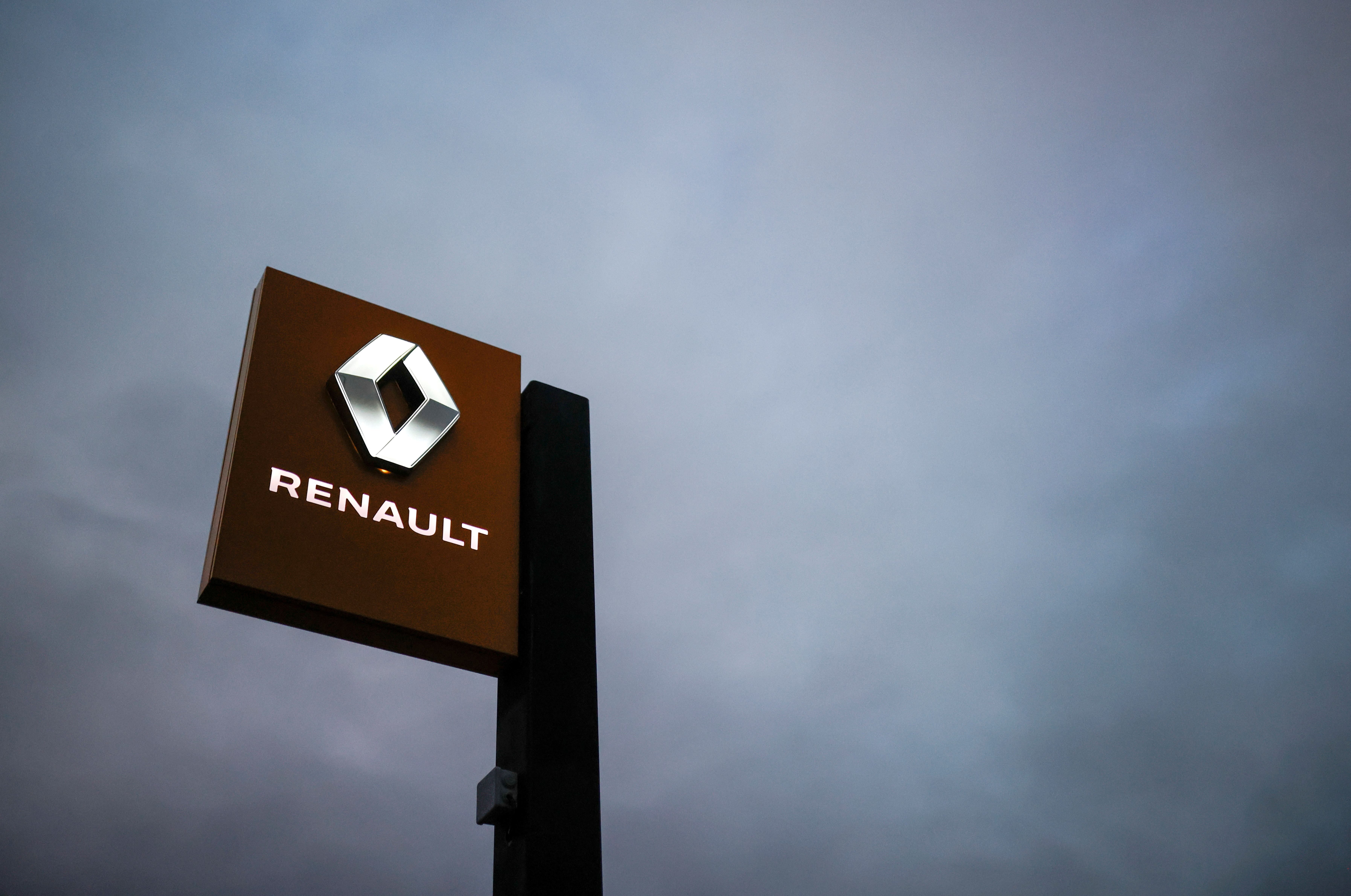 The logo of Renault carmaker is pictured at a dealership in Vertou, near Nantes, France, January 13, 2021. REUTERS/Stephane Mahe