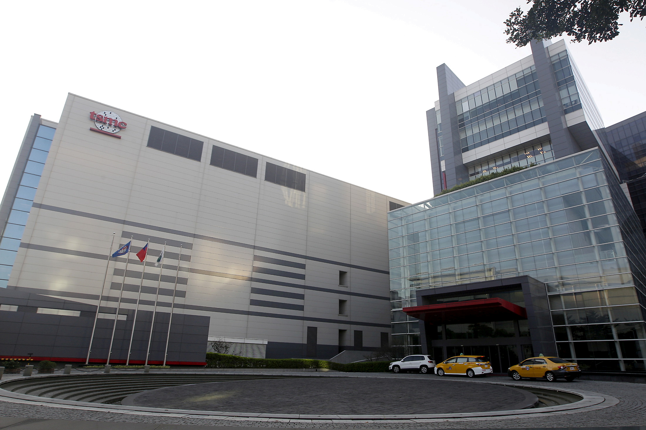 The Taiwan Semiconductor Manufacturing Co Ltd (TSMC) headquarters building is seen in Hsinchu, northern Taiwan, November 19, 2015.       REUTERS/Pichi Chuang/File Photo/File Photo
