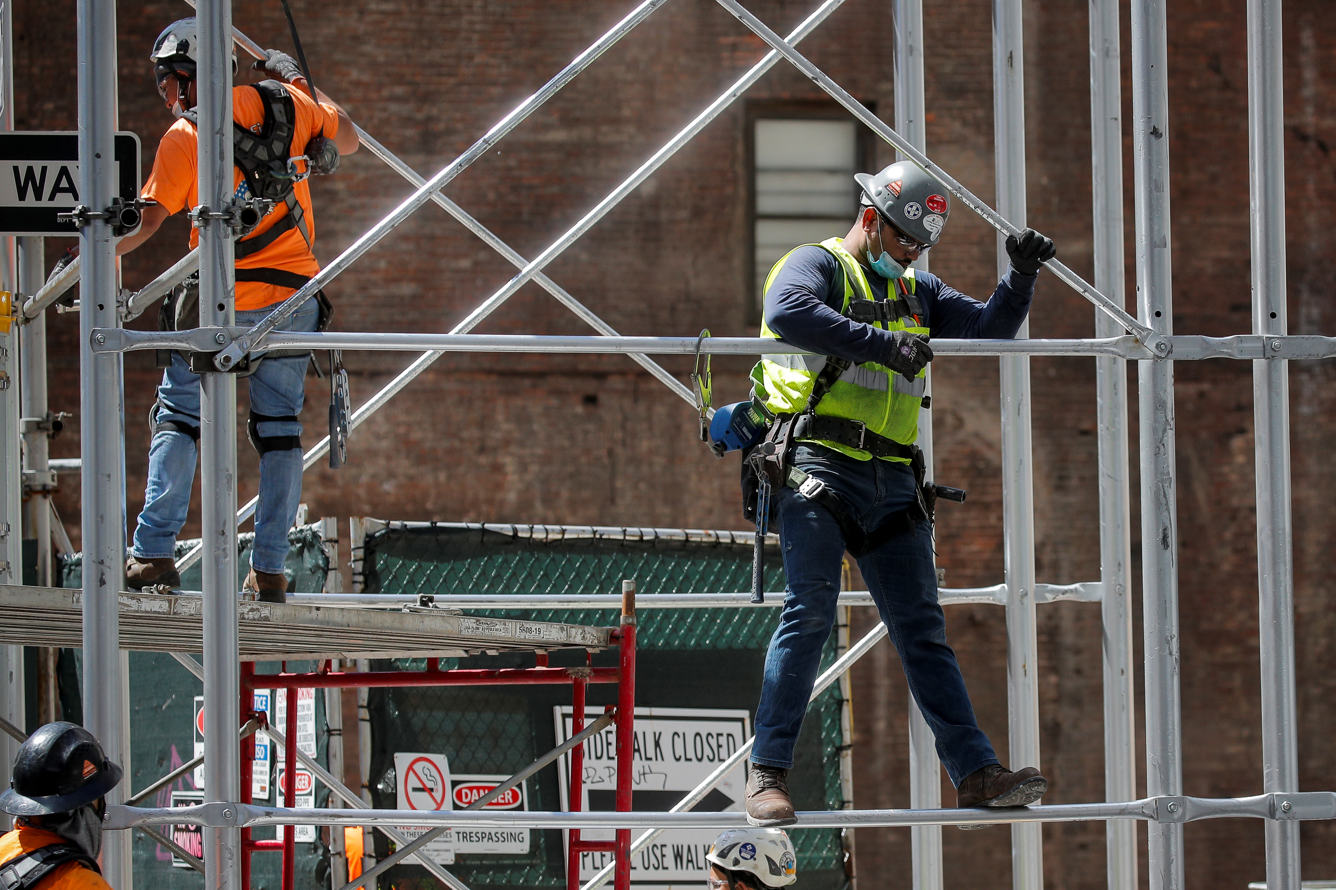 Construction workers assemble a scaffold at a job site, as phase one of reopening after lockdown begins, during the outbreak of the coronavirus disease (COVID-19) in New York City, New York, U.S., June 8, 2020. REUTERS/Brendan McDermid