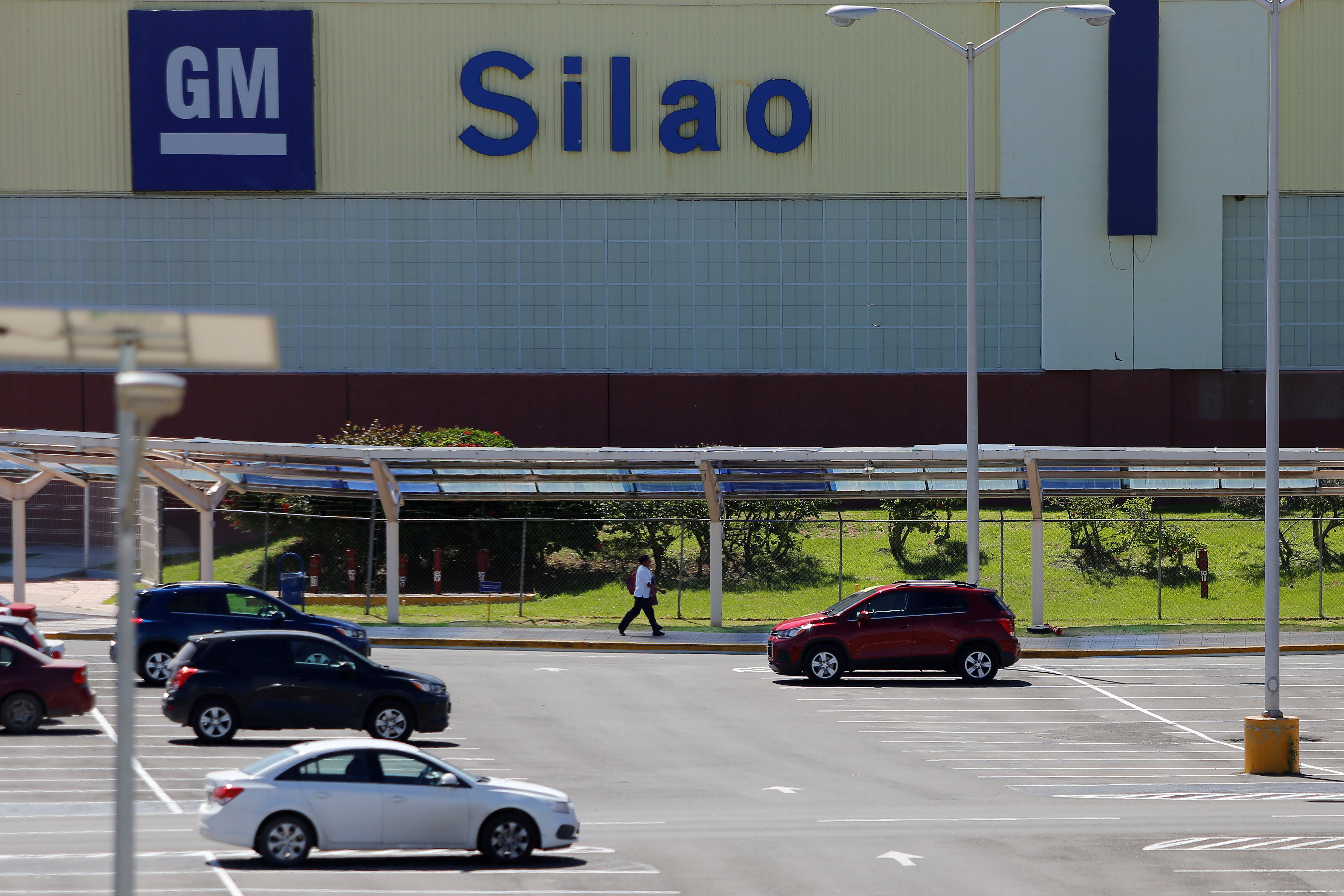 A general view shows the GM pickup and transmission plant in Silao, Mexico October 9, 2015. Picture taken October 9, 2019. REUTERS/Sergio Maldonado/File Photo