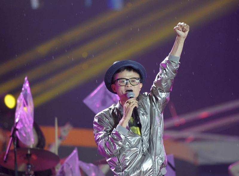 2013年5月10日,阿里巴巴创始人马云在庆祝中国最大的以消费者为中心的电子商务网站淘宝市场成立10周年时唱着歌。