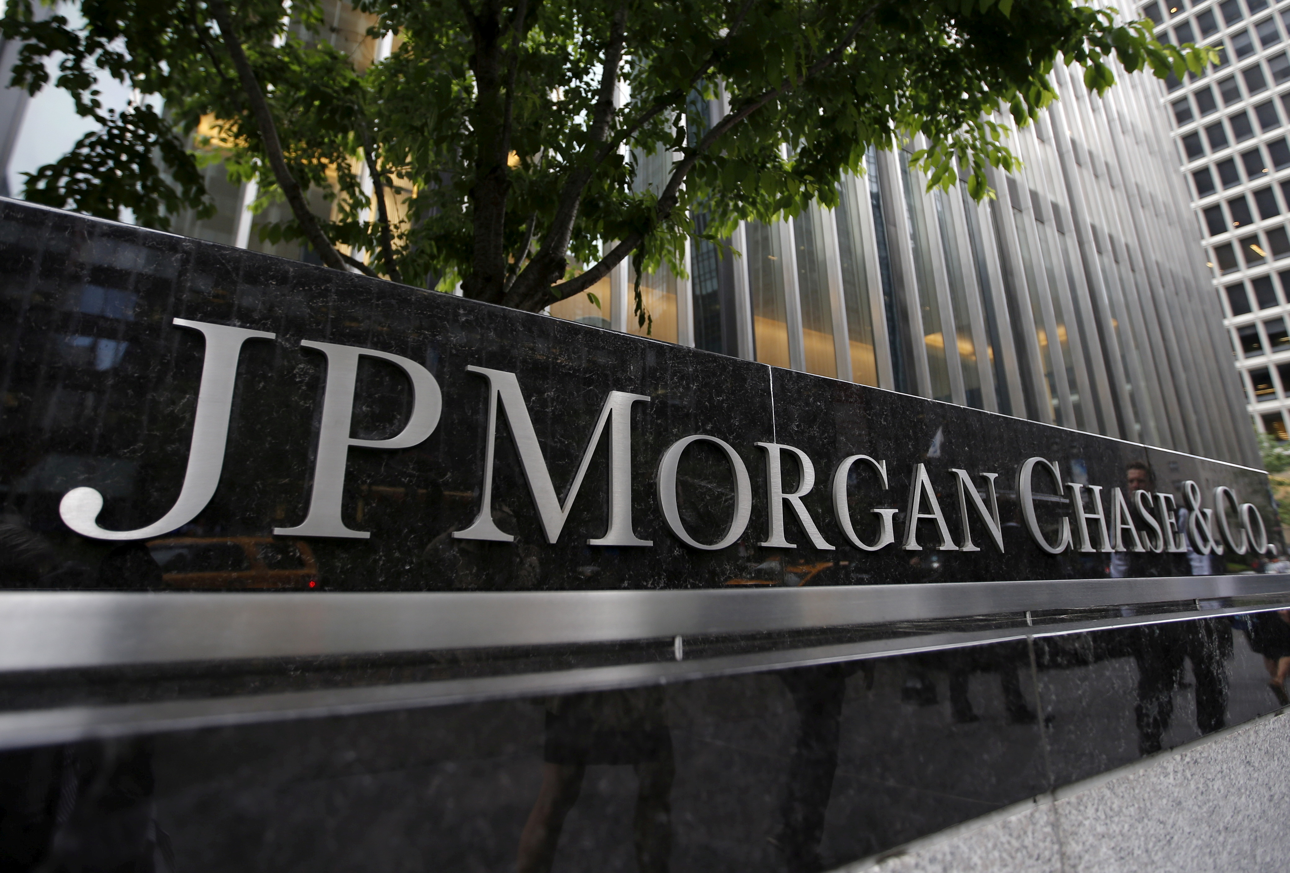 A view of the exterior of the JP Morgan Chase & Co. corporate headquarters in New York City May 20, 2015.  REUTERS/Mike Segar