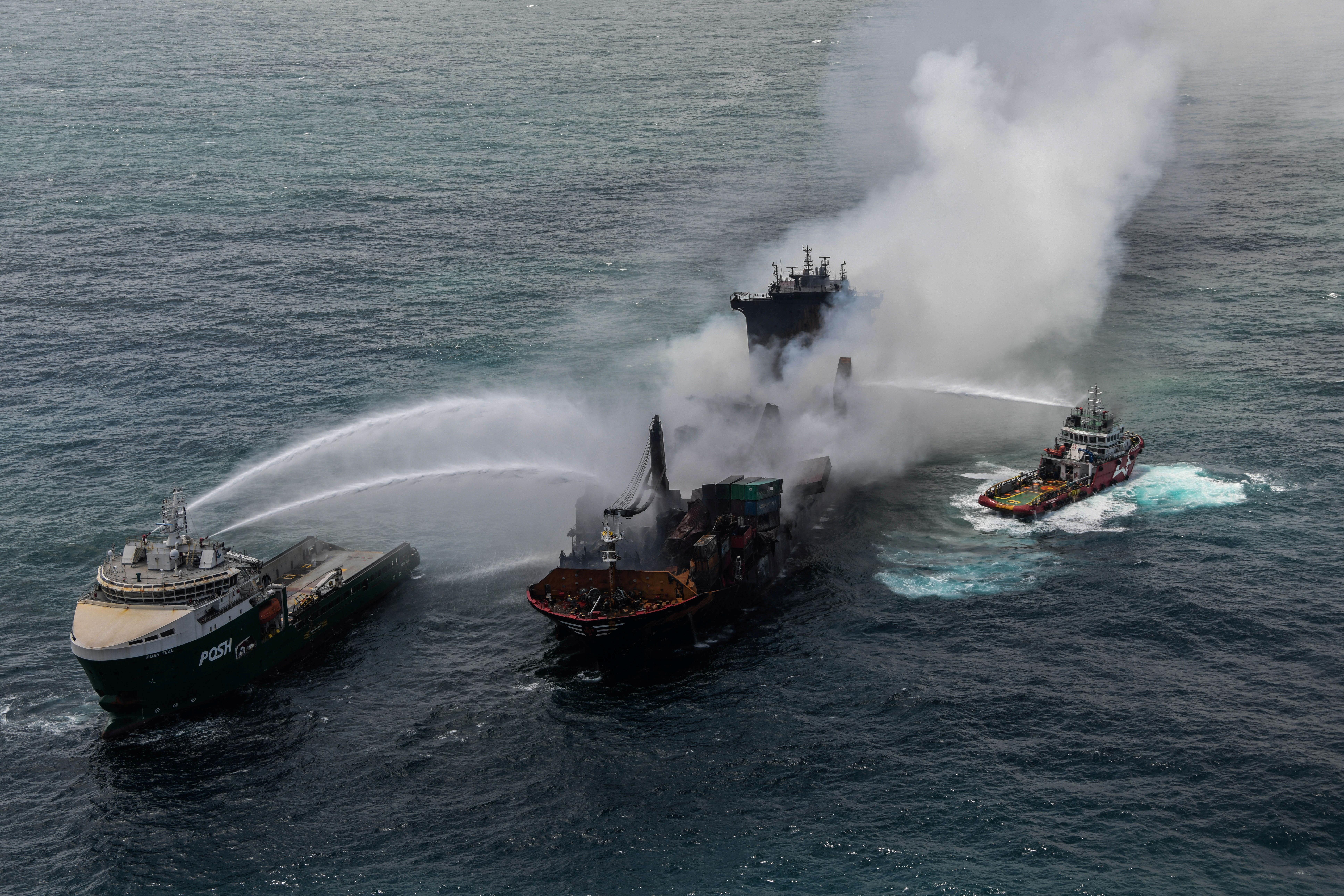 Il fumo si alza da un incendio a bordo della nave MV X-Press Pearl nei mari al largo del porto di Colombo, in Sri Lanka, 30 maggio 2021. Media/dispensa dell'aeronautica dello Sri Lanka via REUTERS