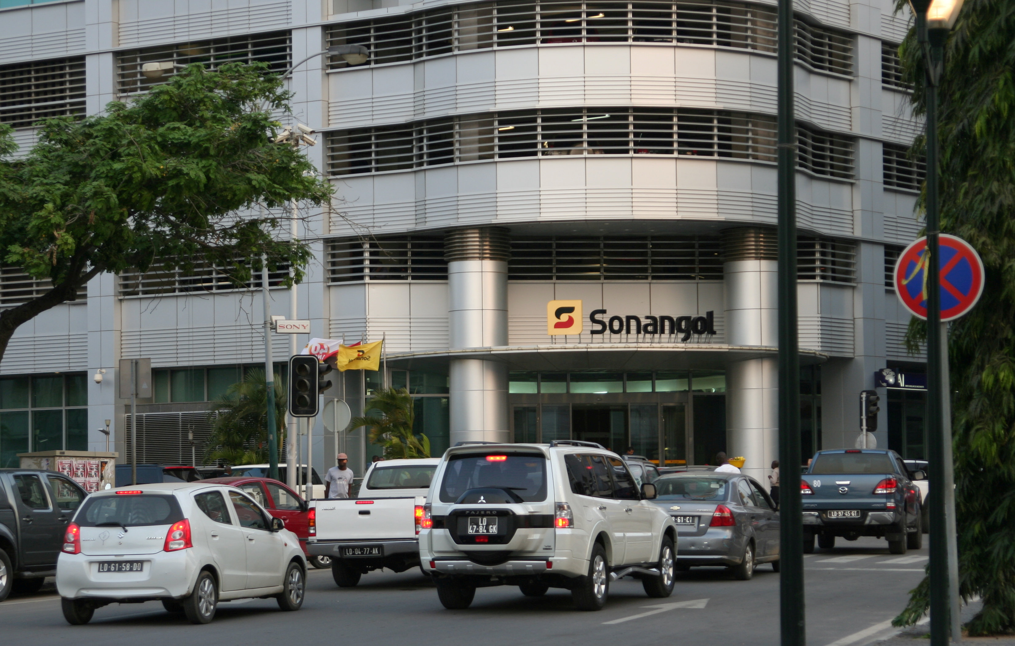 Cars are seen infront of the head office of Angola's state oil company Sonangol in the capital Luanda, Angola. June 7,2016. REUTERS/Ed Cropley/File Photo