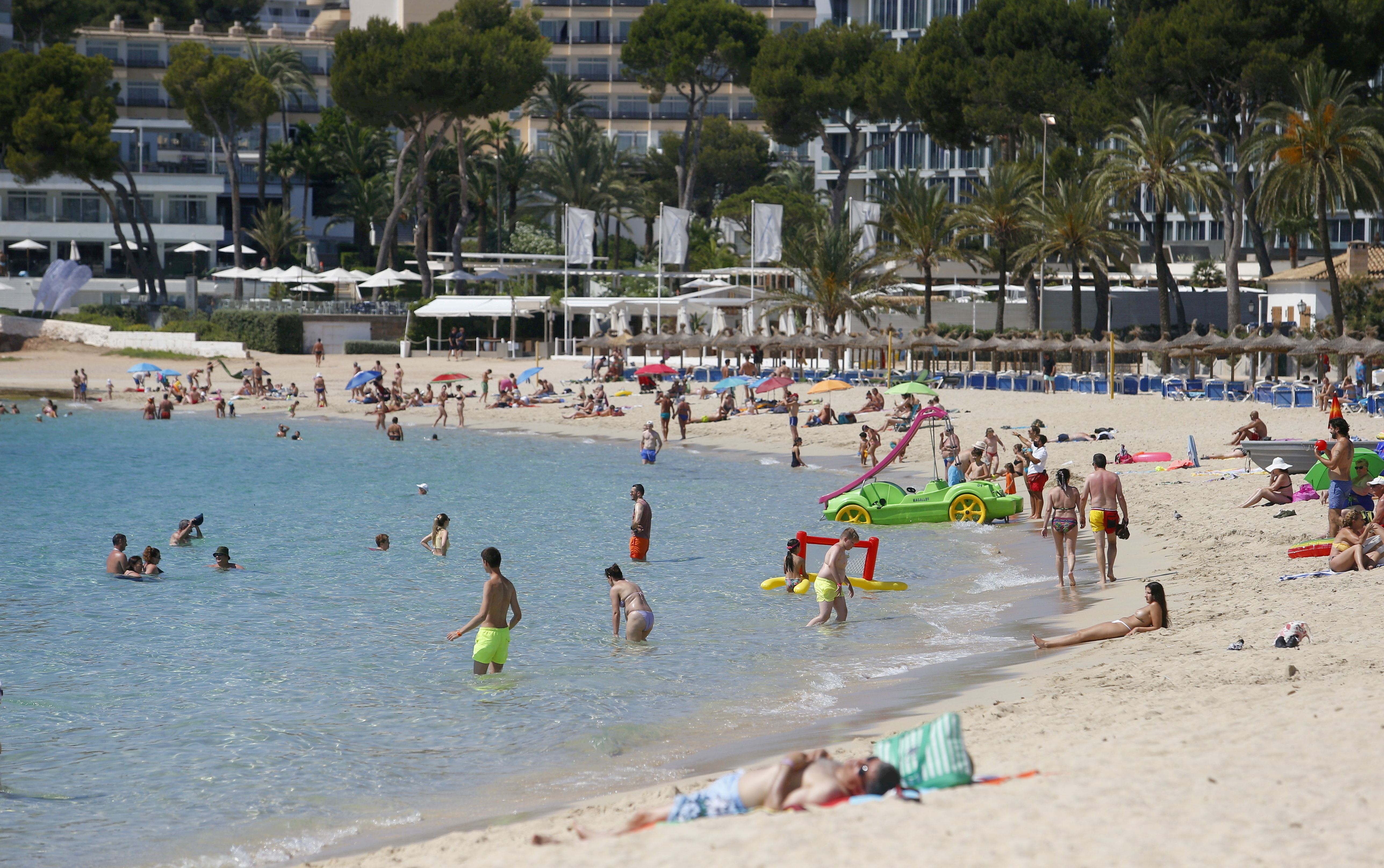 People enjoy themselves at Magaluf beach in Mallorca as British tourists are expected to resume travels to the area starting from June 30th, Spain, June 29, 2021. REUTERS/Enrique Calvo/File Photo