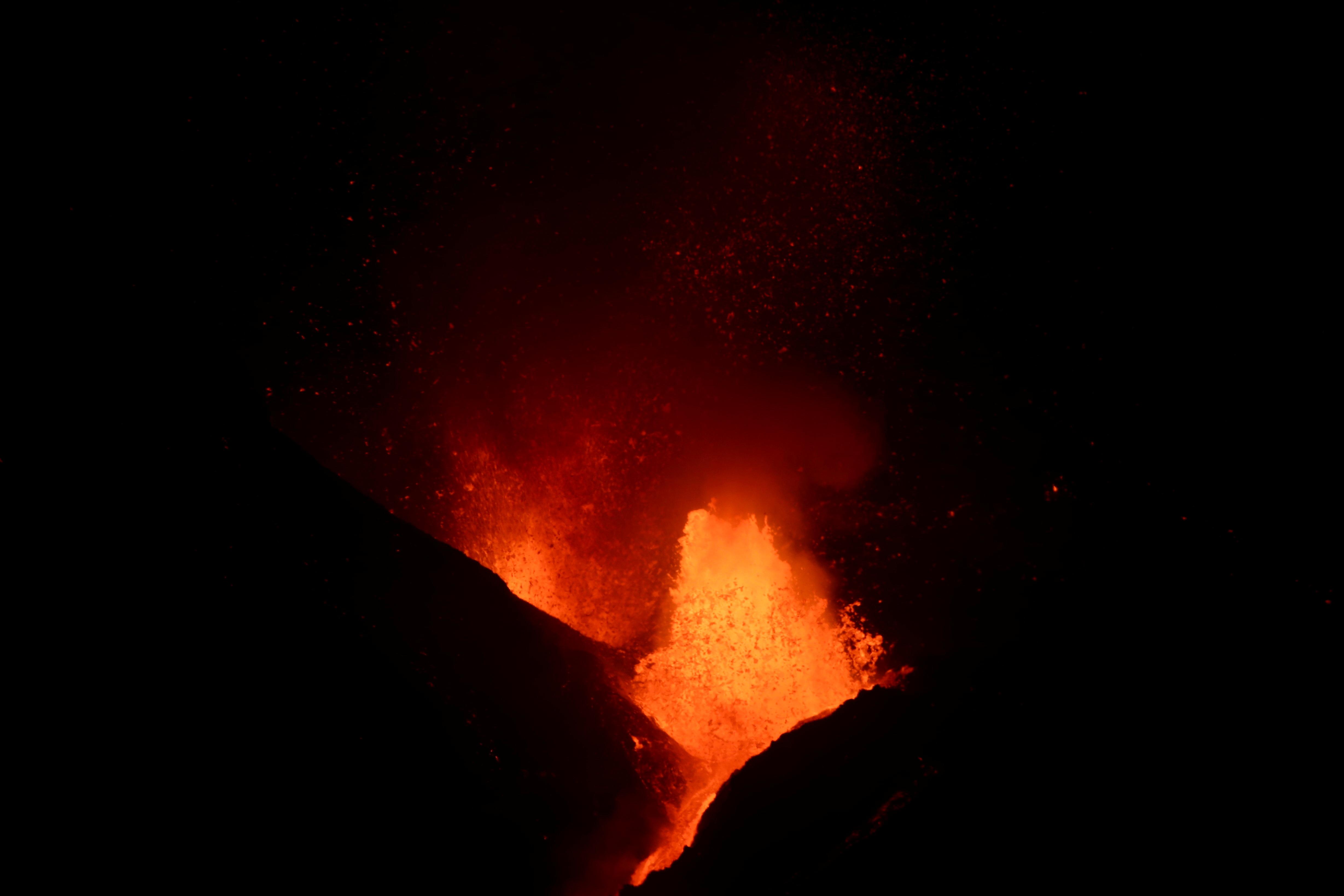 O vulcão Cumbre Vieja expele lava enquanto continua a entrar em erupção na Ilha Canária de La Palma, visto de El Paso, Espanha, 14 de outubro de 2021. REUTERS / Sergio Perez