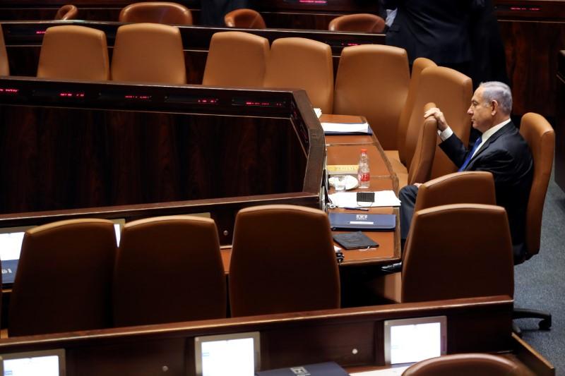 اسرائیلی وزیر اعظم بنیامین نیتن یاھو یروشلم میں ، 13 جون ، 2021 کو یروشلم میں ، نئی اتحادی حکومت کی منظوری اور حلف اٹھانے کے لئے ، اسرائیل کی پارلیمنٹ ، ننیسیٹ کے خصوصی اجلاس کے دوران دیکھ رہے ہیں۔ رائٹرز / رون زولون