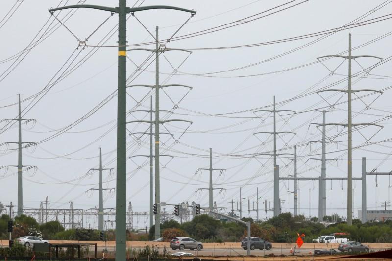 Power lines in Carlsbad, California, U.S., August 17, 2020.      REUTERS/Mike Blake