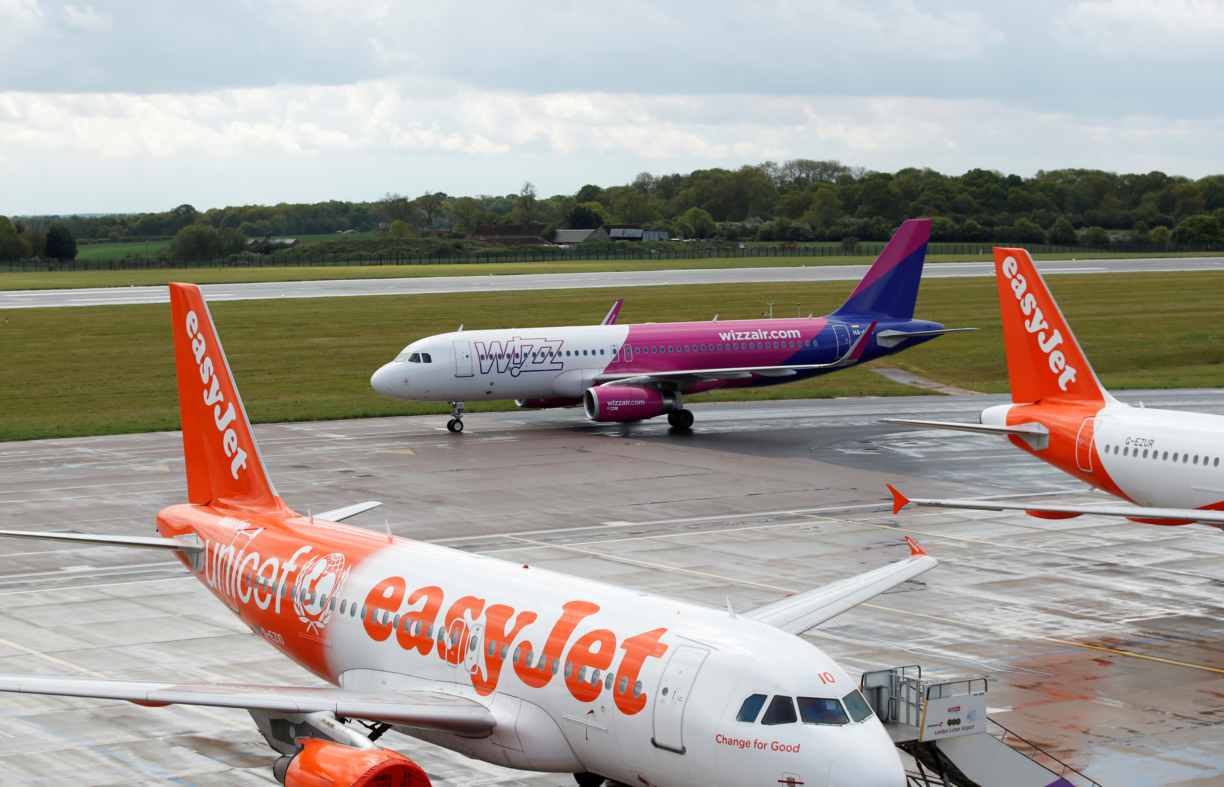 A Wizz Air Airbus A320 from Sofia, Bulgaria taxis to a gate after landing at Luton Airport after Wizz Air resumed flights today on some routes, following the outbreak of the coronavirus disease (COVID-19), Luton, Britain, May 1, 2020. REUTERS/Andrew Boyers/File Photo