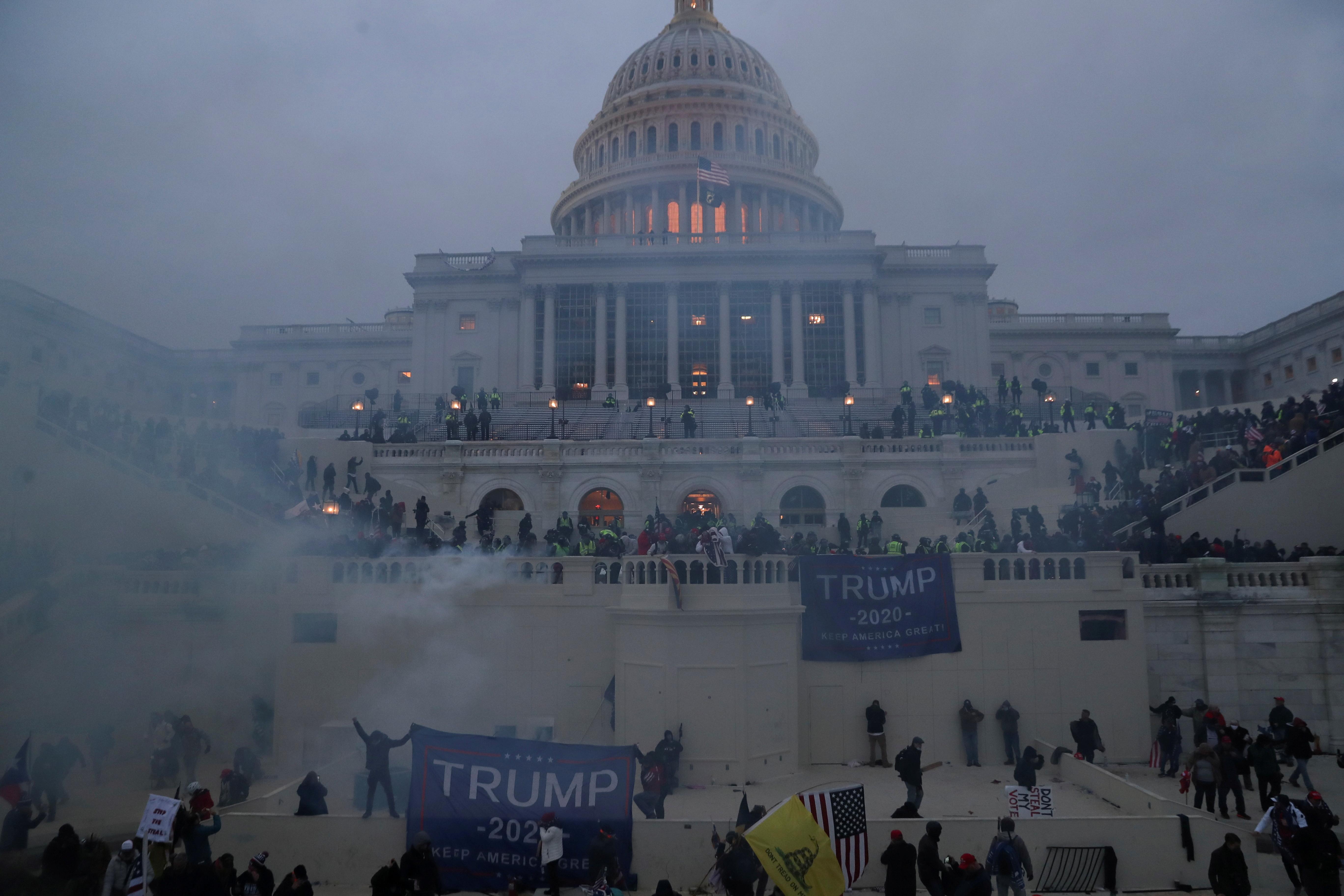 Des policiers montent la garde alors que les partisans du président américain Donald Trump se rassemblent devant le Capitole des États-Unis à Washington, États-Unis, le 6 janvier 2021. REUTERS/Leah Millis TPX IMAGES DU JOUR - RC2M2L9MWY3E