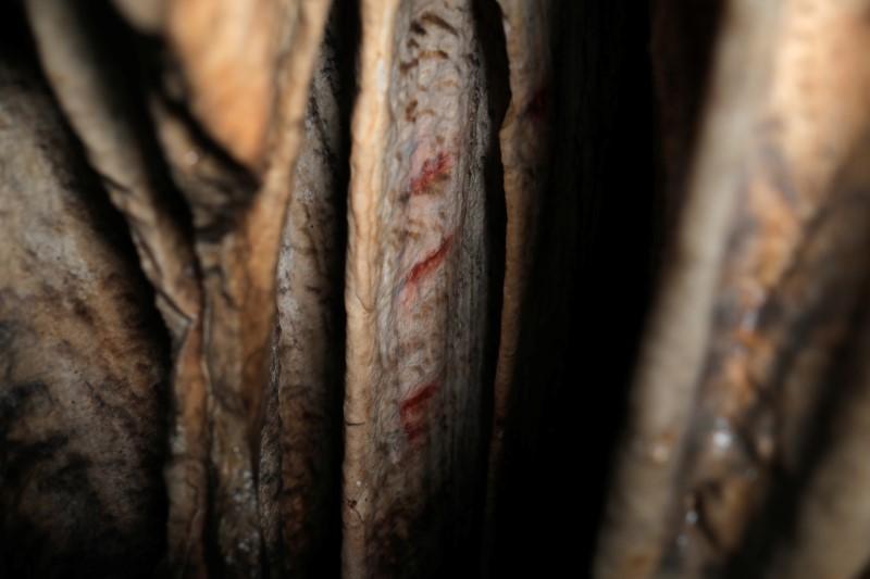 De acordo com um estudo internacional, marcas de ocre vermelho que foram pintadas em estalagmites pelos neandertais há cerca de 65.000 anos, de acordo com um estudo internacional, são vistas em uma caverna pré-histórica em Ardales, sul da Espanha, 7 de agosto de 2021. REUTERS / Jon Nazca