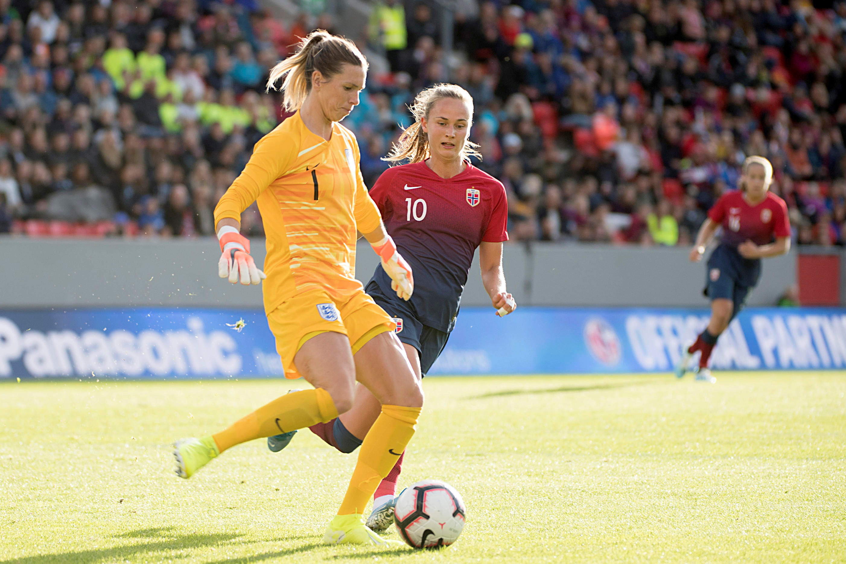 Soccer Football - Women's Friendly - Norway v England - Brann Stadion, Bergen, Norway - September 3, 2019. England's goalkeeper Carly Telford and Norway's Caroline Graham Hansen in action. NTB Scanpix/Marit Hommedal via REUTERS