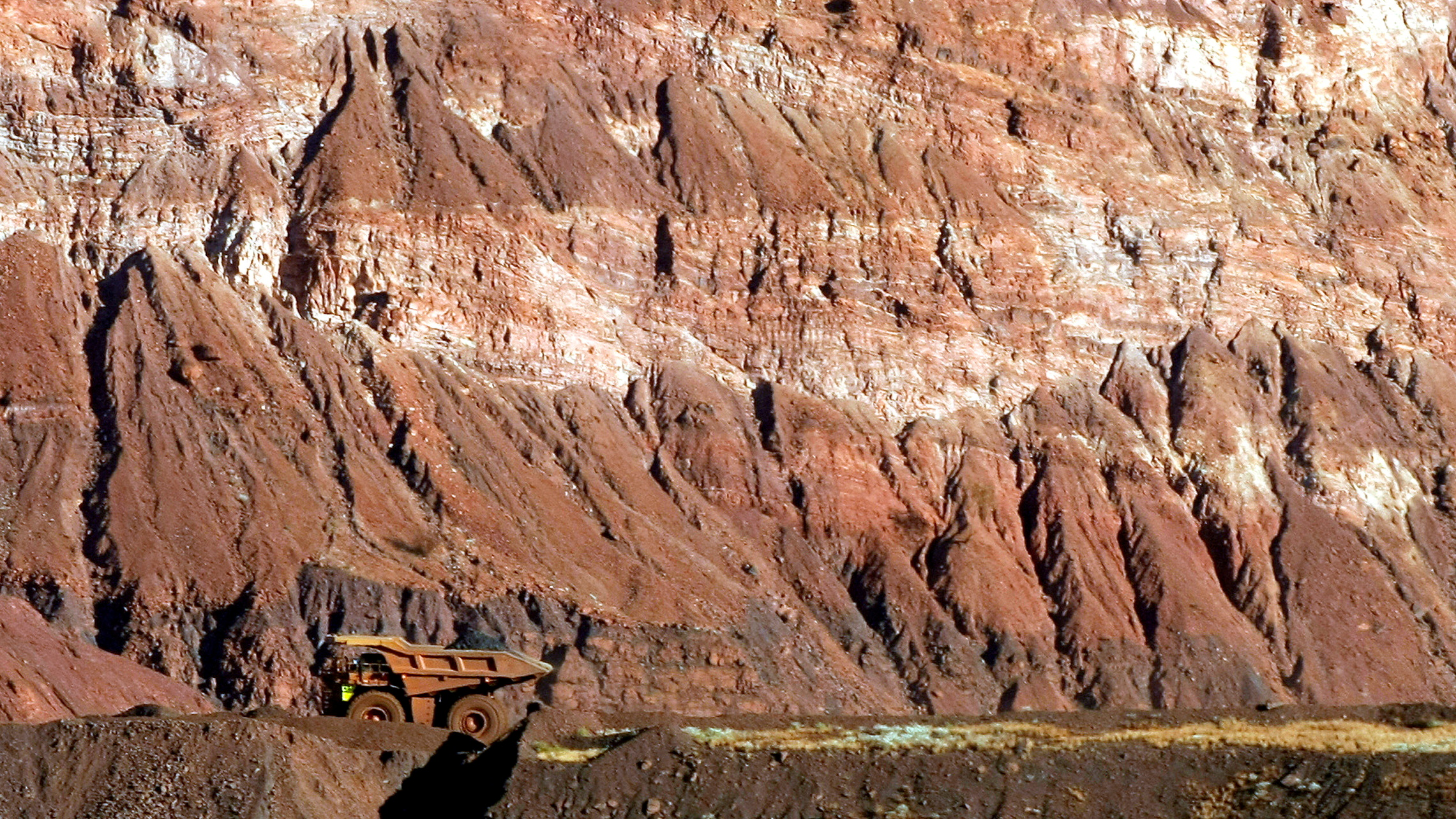 A tipper truck drives on a road through a BHP Billition iron ore mine at Newman, about 1,300 km (800 miles) north of Perth May 28, 2008.  Picture taken May 28, 2008.      REUTERS/Tim Wimborne//File Photo