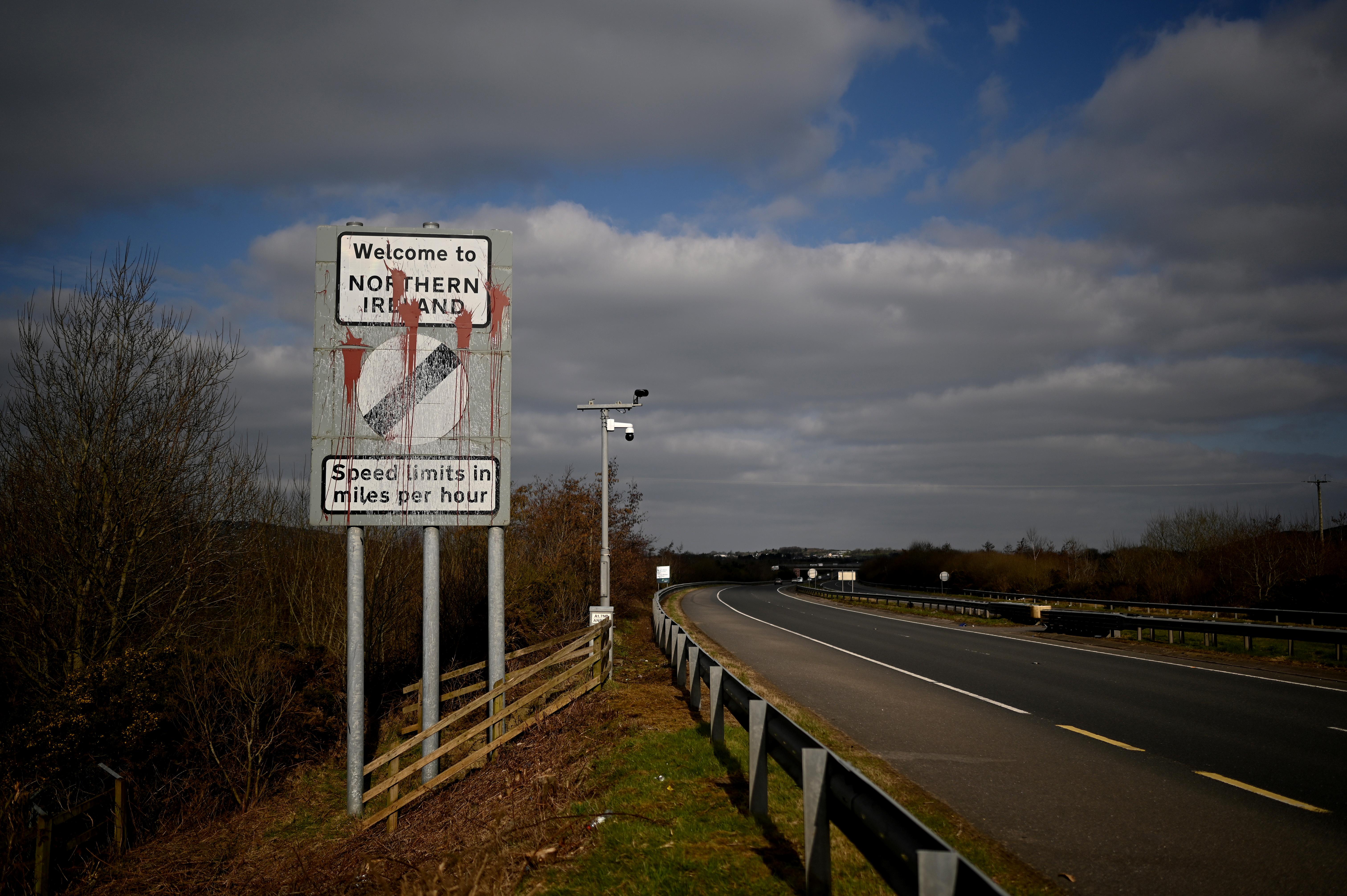 """На кордоні Ірландії та Північної Ірландії видно зіпсований знак """"Ласкаво просимо до Північної Ірландії"""", який нагадує автомобілістам, що обмеження швидкості змінюватимуться від кілометрів на годину до миль на годину на кордоні в місті Каріккарнан, Ірландія, 6 березня 2021 року. Знято в березні 6, 2021. REUTERS / Clodagh Kilcoyne"""