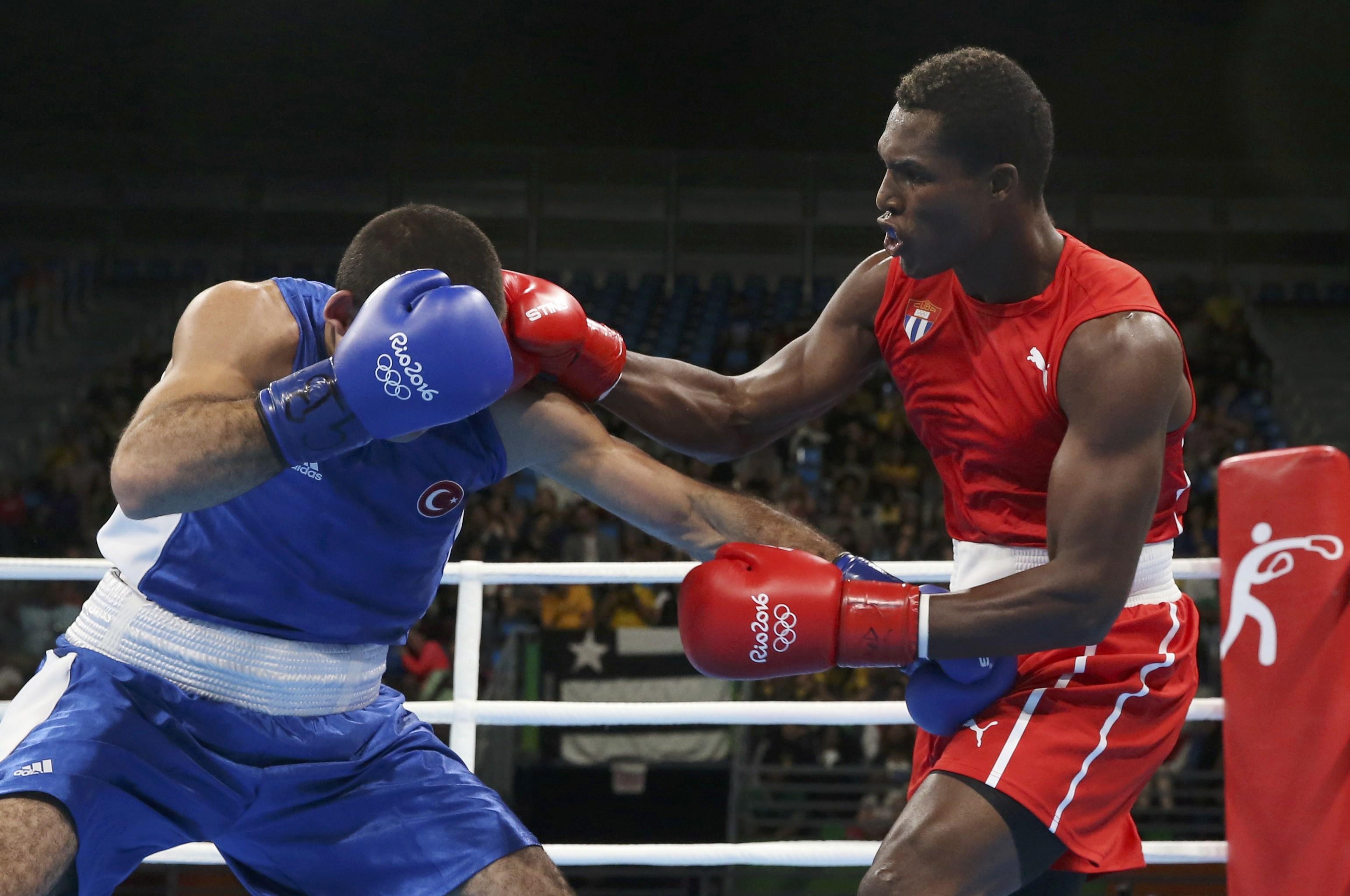 2016 Rio Olympics - Boxing - Preliminary - Men's Light Heavy (81kg) Round of 16 Bout 89 - Riocentro - Pavilion 6 - Rio de Janeiro, Brazil - 10/08/2016. Julio Cesar La Cruz (CUB) of Cuba and Mehmet Nadir Unal (TUR) of Turkey compete. REUTERS/Adrees Latif