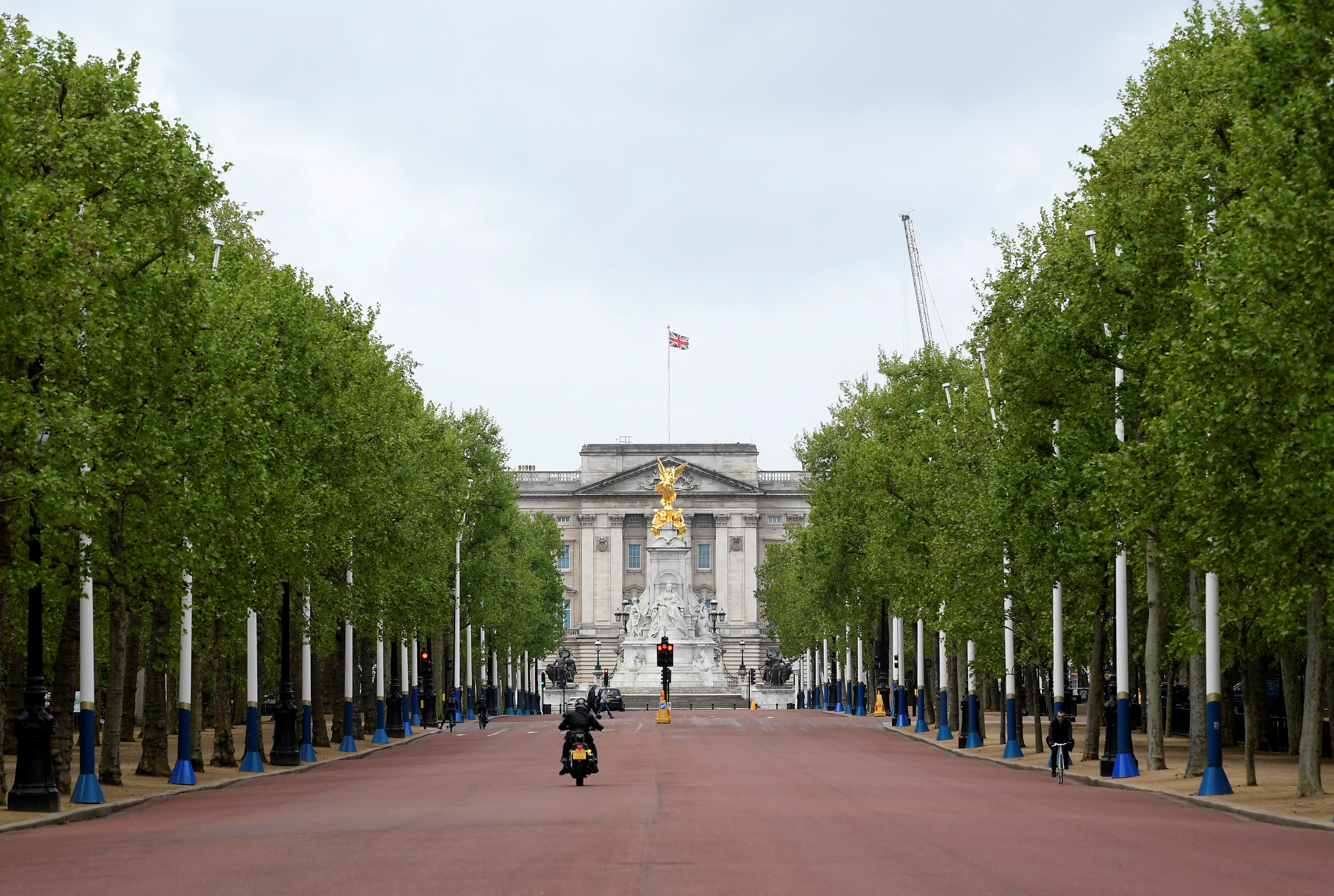 The Mall is seen almost empty infront of Buckingham Palace, following the outbreak of the coronavirus disease (COVID-19), in London, Britain, April 30, 2020.  REUTERS/Toby Melville/File Photo