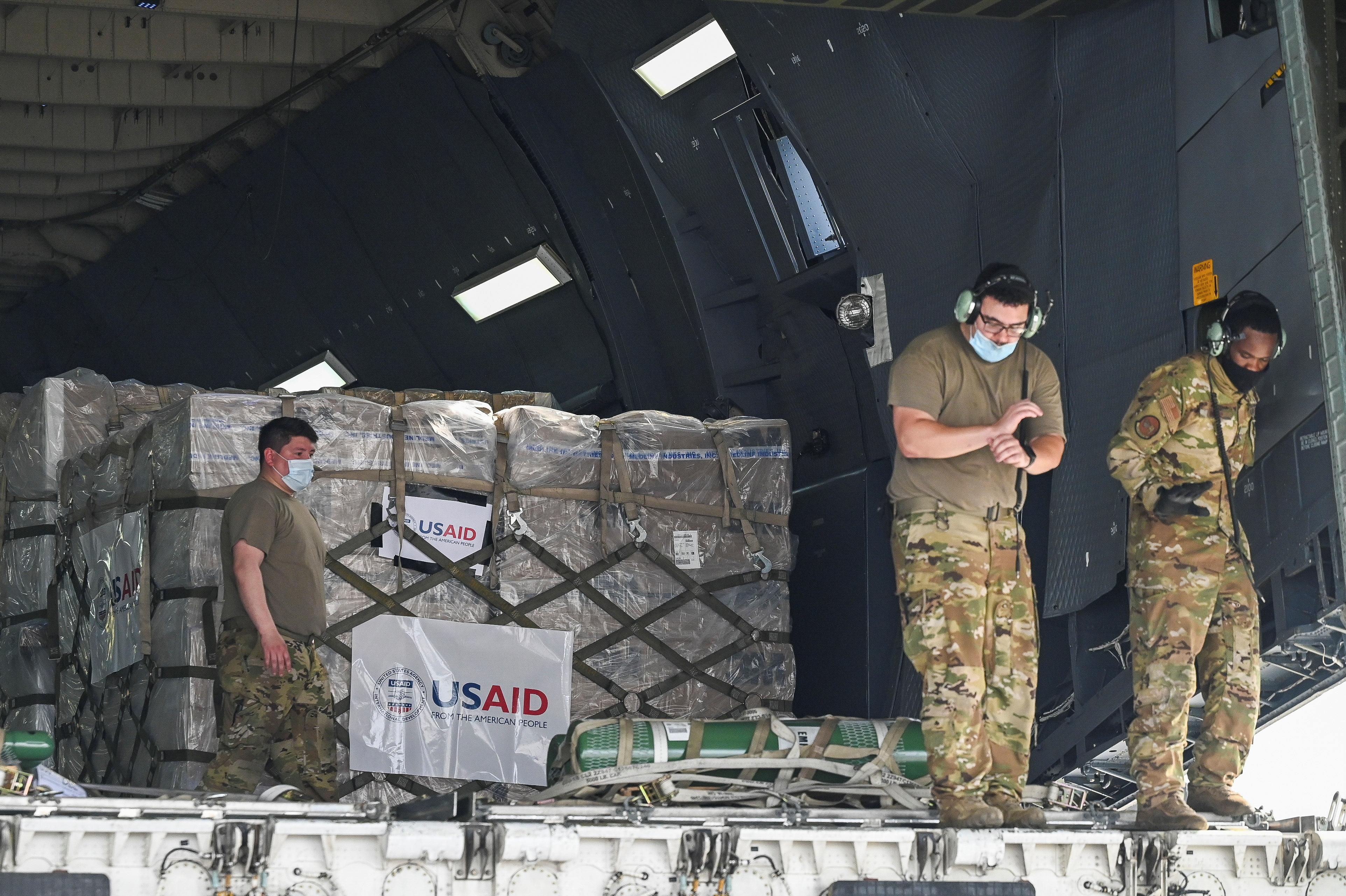 Персонал американської армії готується вивантажити з США товари для допомоги від коронавірусної хвороби (COVID-19) на вантажному терміналі міжнародного аеропорту Індіри Ганді в Нью-Делі, Індія, 30 квітня 2021. Пракаш Сінгх / Басейн через REUTERS