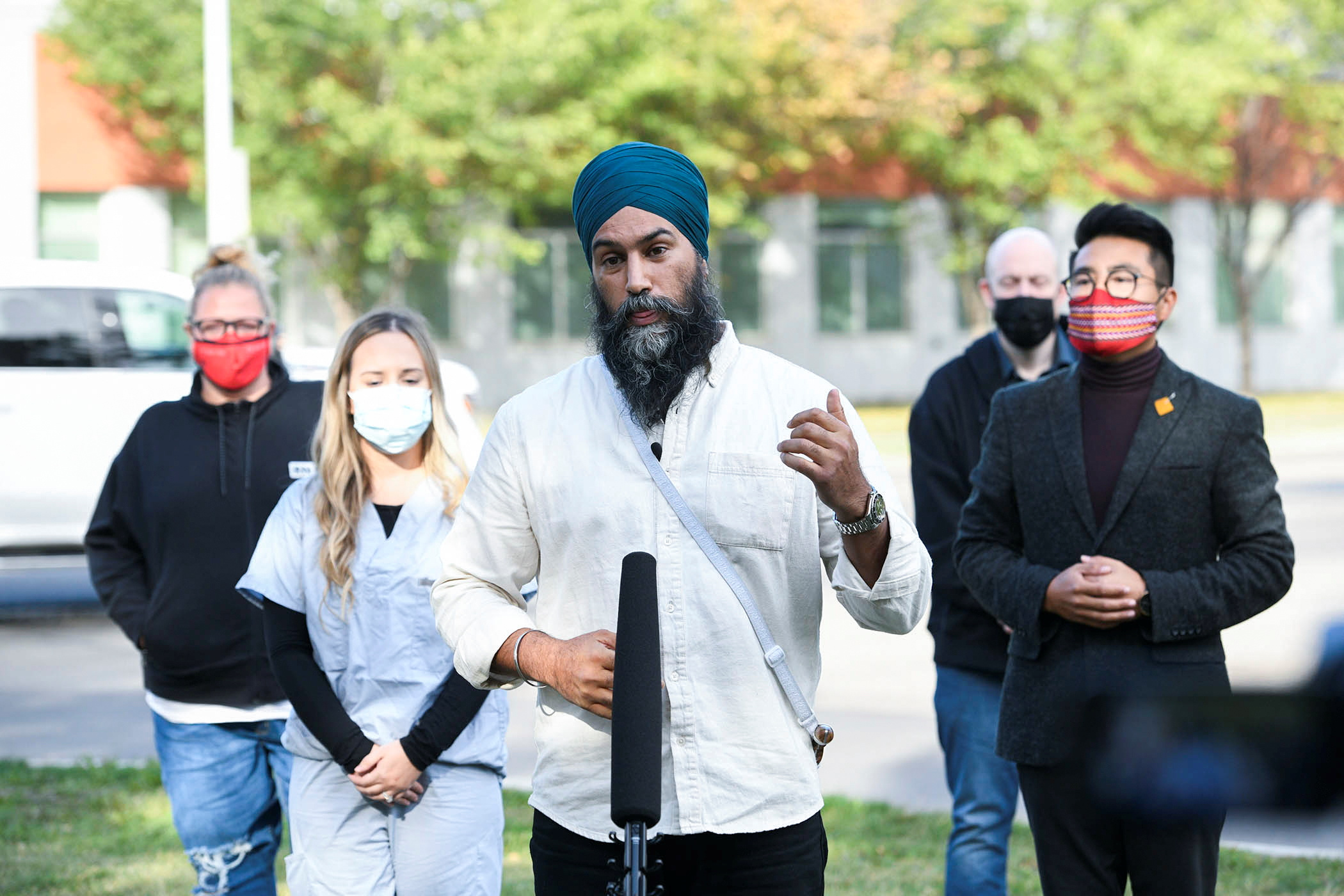 Canada's New Democratic Party (NDP) leader Jagmeet Singh meets with healthcare workers near the East Edmonton Health Centre, in Edmonton, Alberta, Canada September 18, 2021. REUTERS/Candace Elliott