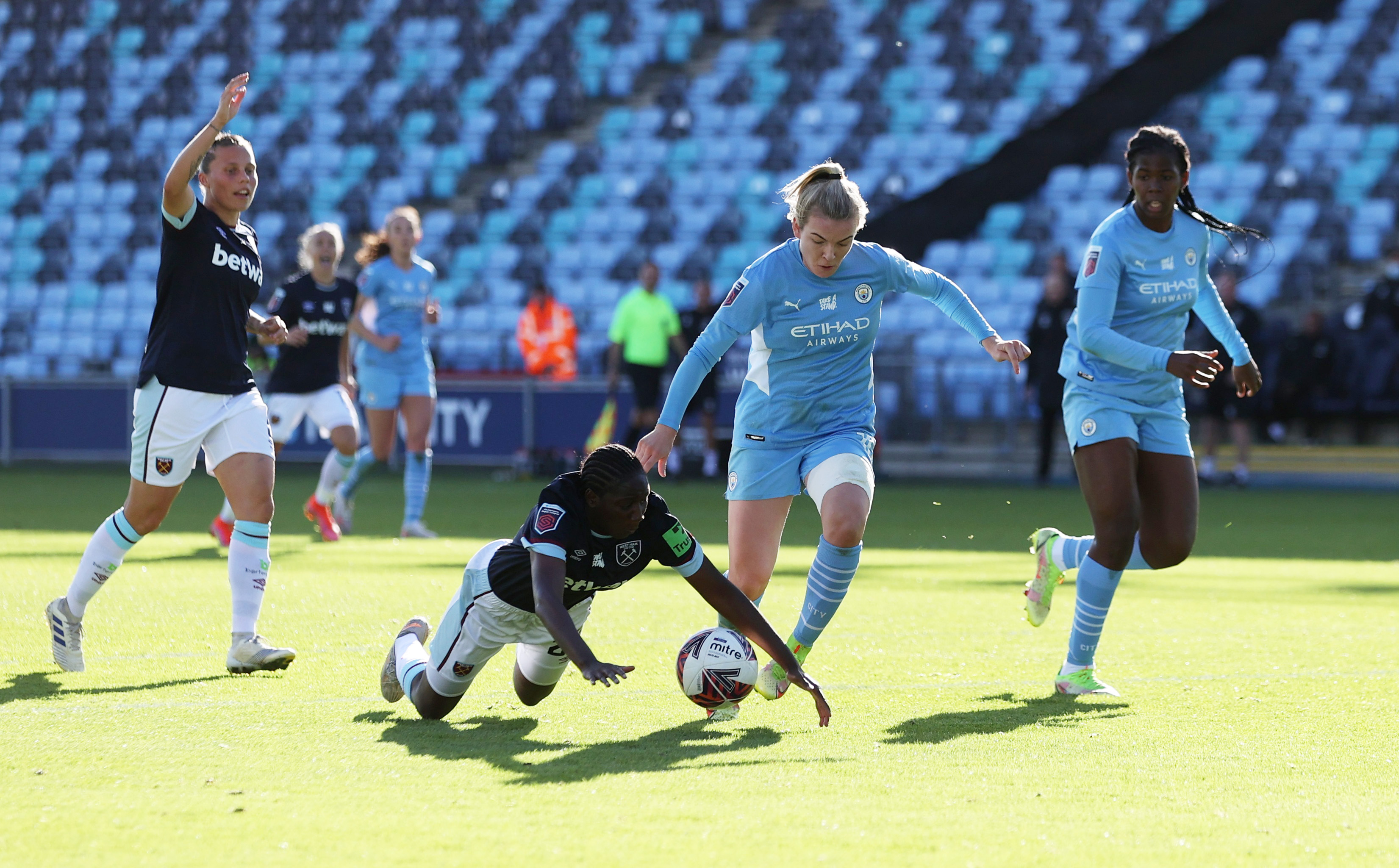 Soccer Football - Women's Super League - Manchester City v West Ham United - Manchester City Academy Stadium, Manchester, Britain - October 3, 2021 West Ham United's Hawa Cissoko in action with Manchester City's Lauren Hemp Action Images via Reuters/Lee Smith