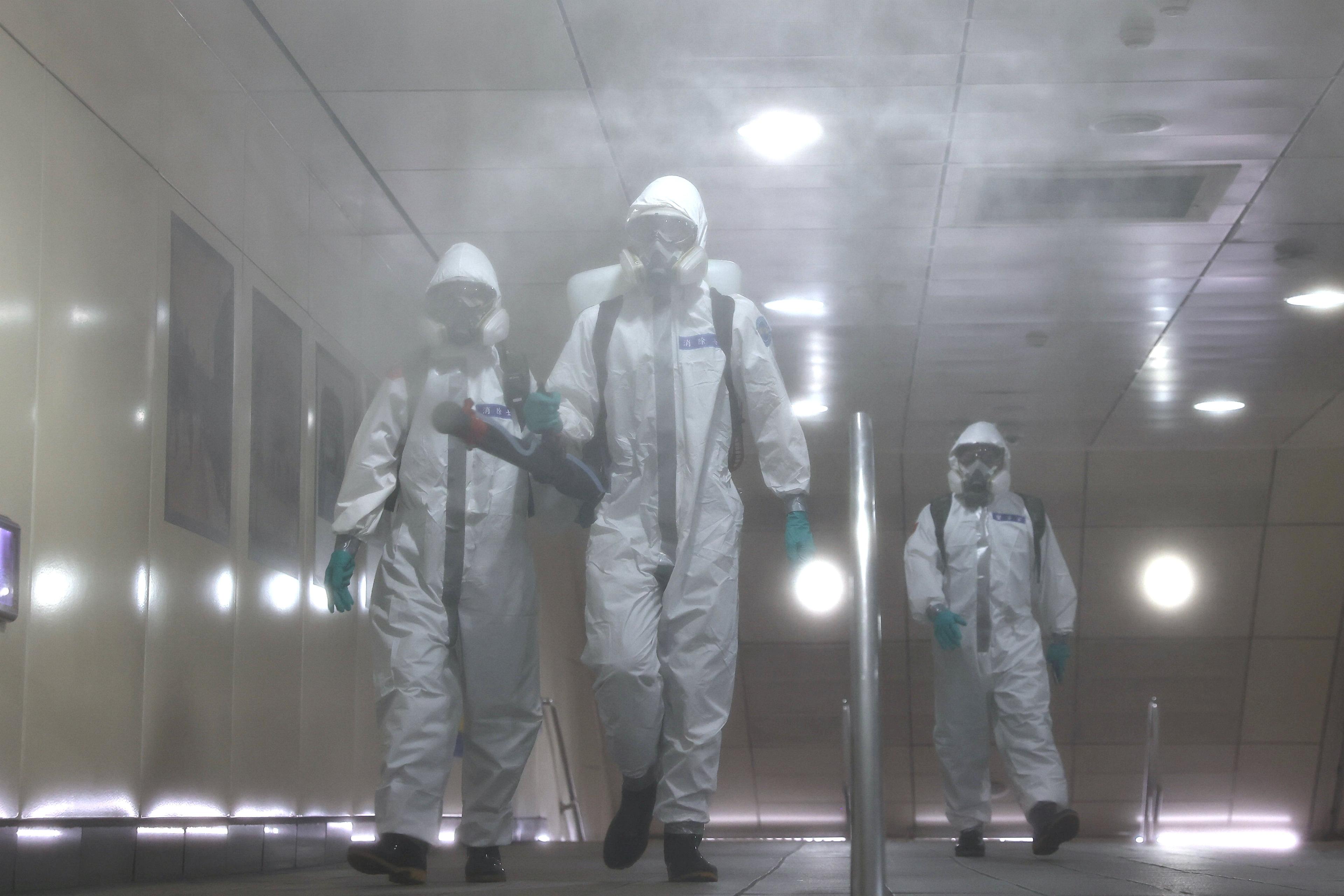 Những người lính mặc đồ bảo hộ khử trùng một ga tàu điện ngầm sau khi dịch bệnh do coronavirus (COVID-19) gia tăng ở Đài Bắc, Đài Loan ngày 25 tháng 5 năm 2021. REUTERS / Ann Wang