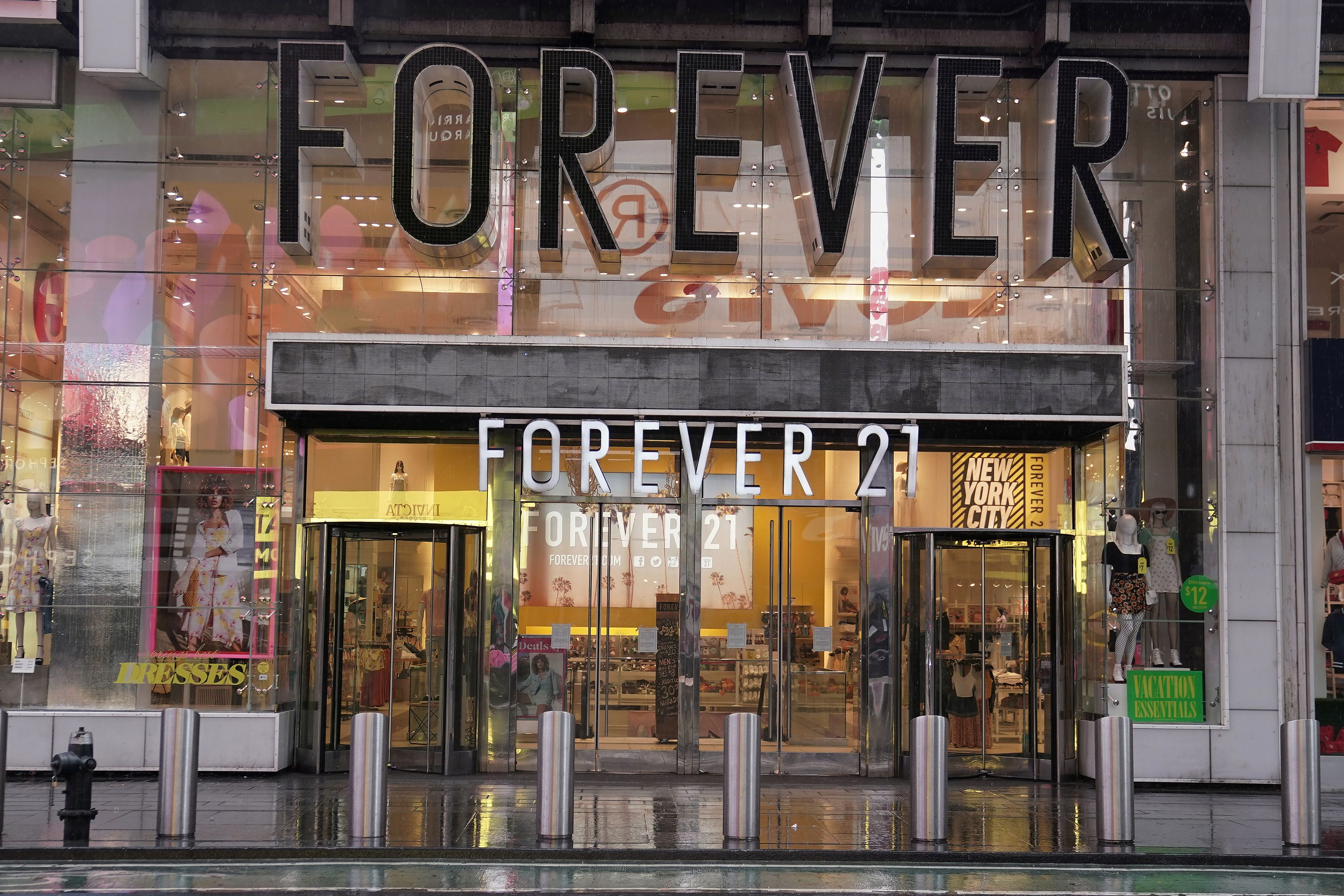 A closed Forever 21 store is pictured in Times Square following the outbreak of Coronavirus disease (COVID-19), in the Manhattan borough of New York City, New York, U.S., March 23, 2020. REUTERS/Carlo Allegri