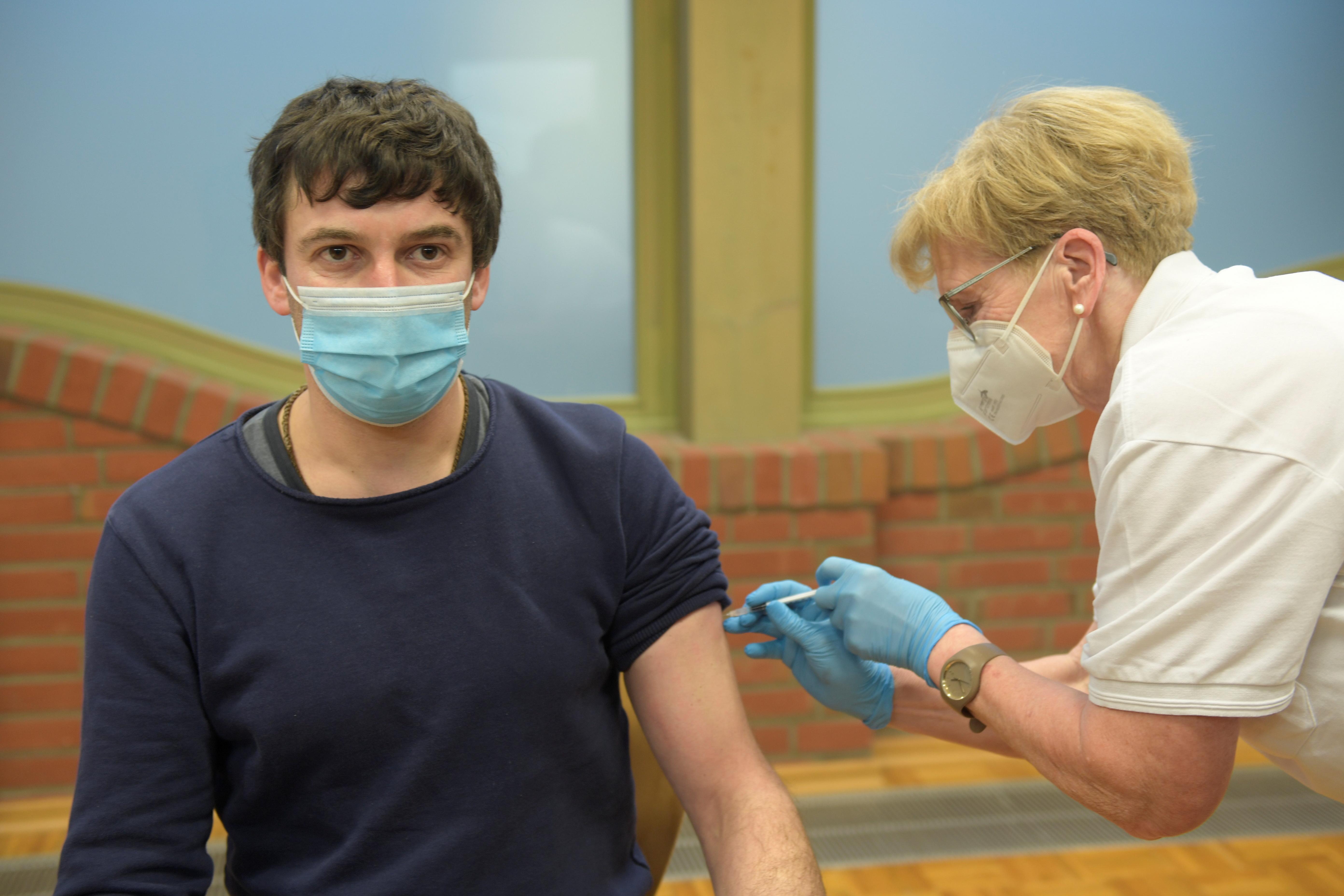 Giáo viên, Rene Kirstein, nhận được liều vắc-xin COVID-19 của AstraZeneca đầu tiên từ y tá Susanne Kugel, trong bối cảnh bệnh coronavirus (COVID-19) đang lây lan ở Grevesmuehlen, Đức, ngày 5 tháng 3 năm 2021. REUTERS / Fabian Bimmer