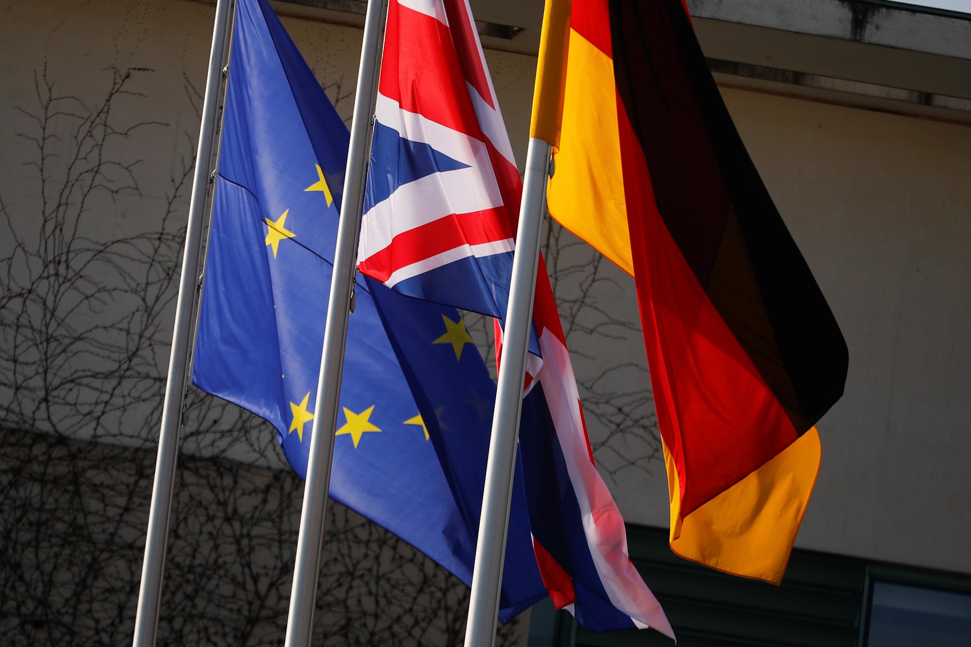 Եվրամիության, Մեծ Բրիտանիայի և Գերմանիայի դրոշները ծածանվում են կանցլերի առջև ՝ Մեծ Բրիտանիայի վարչապետ Թերեզա Մեյի ՝ Բեռլին, Գերմանիա, 9 թ. Ապրիլի 2019 -ին նախատեսված այցից առաջ: REUTERS/Hannibal Hanschke/Ֆայլեր