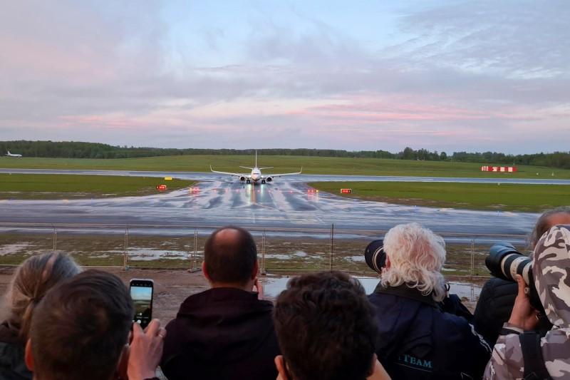 """Авион на """"Рајанер"""", кој превезуваше белоруски опозициски блогер и активист Роман Протасевич и беше пренасочен кон Белорусија, каде властите го приведоа, слета на аеродромот во Вилнус во Вилнус, Литванија на 23 мај 2021 година."""