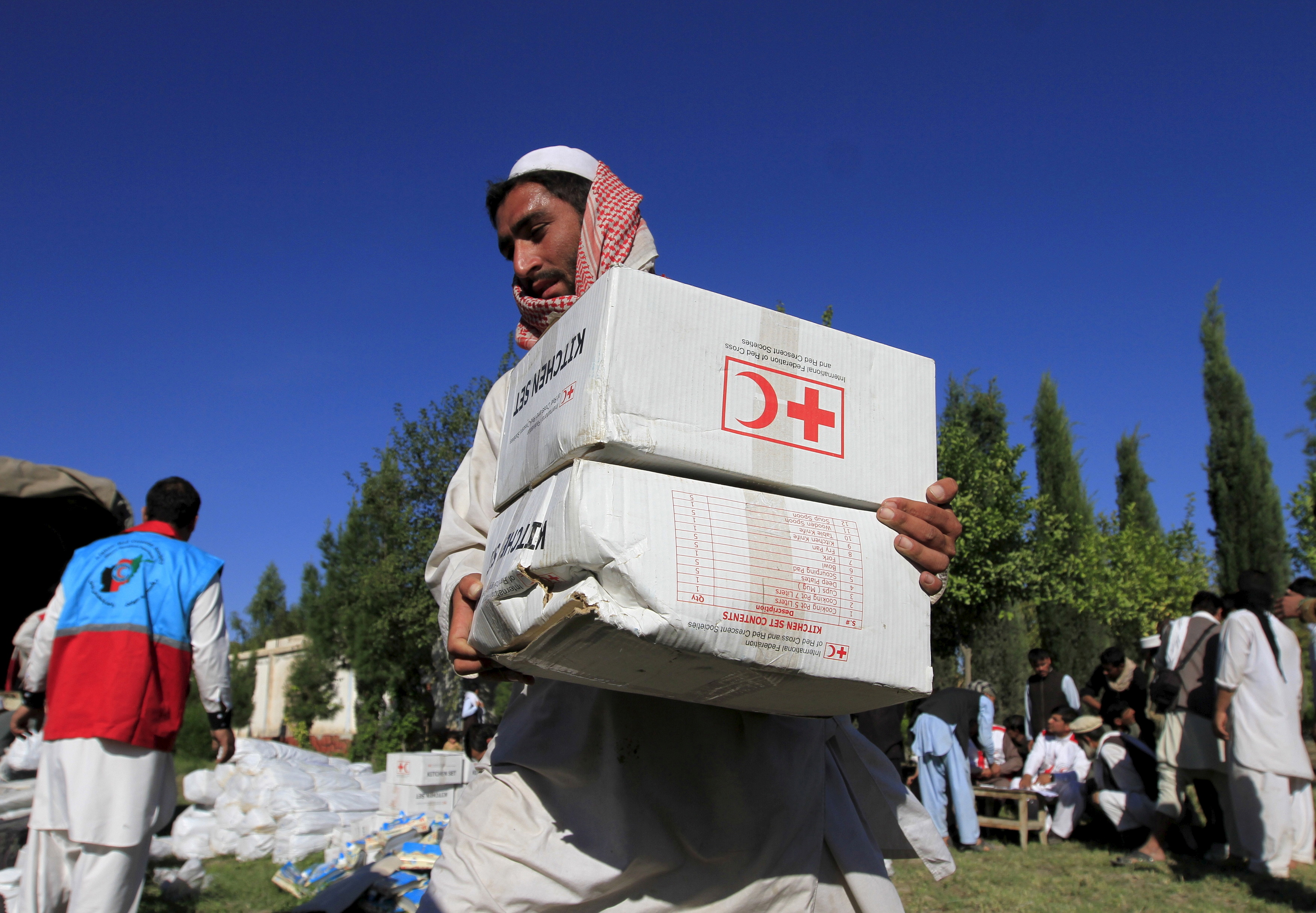 An Afghan man receives aid from the International Federation of the Red Cross and Red Crescent Societies after an earthquake, in Behsud district of Jalalabad province, Afghanistan October 28, 2015. REUTERS/Parwiz