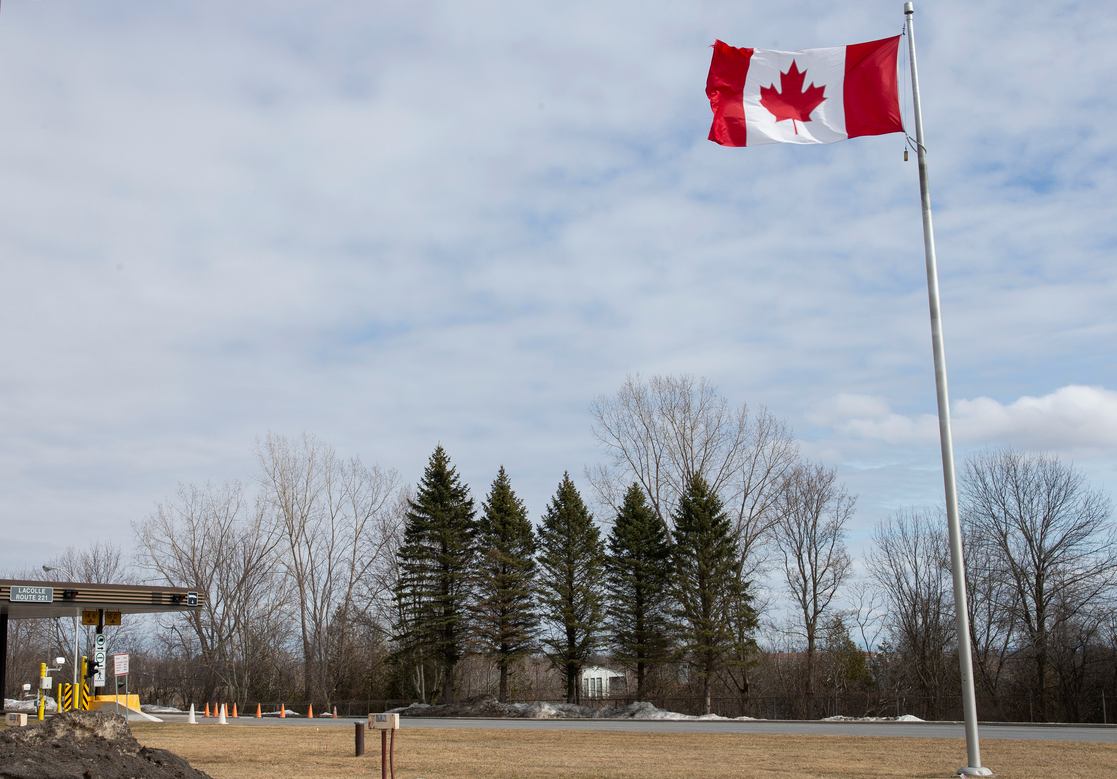 An empty U.S.-Canada border crossing is seen in Lacolle, Quebec, Canada March 19, 2020. REUTERS/Christinne Muschi/File Photo