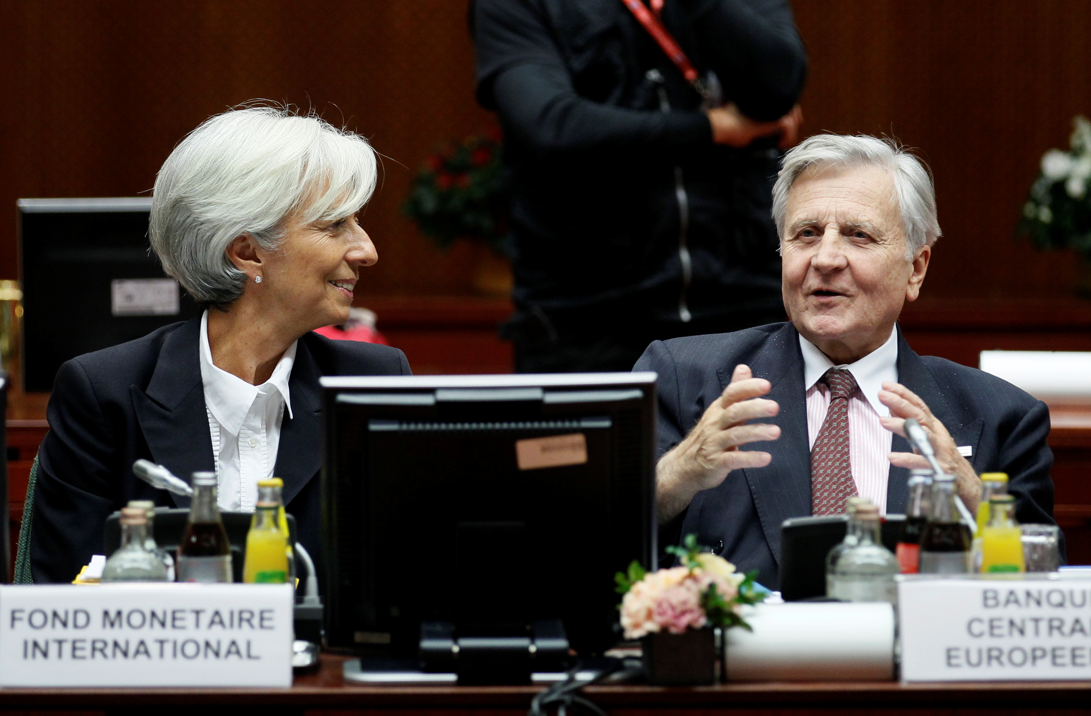 IMF President Christine Lagarde (L) and European Central Bank President Jean-Claude Trichet (R) attend a euro zone summit in Brussels October 23, 2011.      REUTERS/Yves Herman
