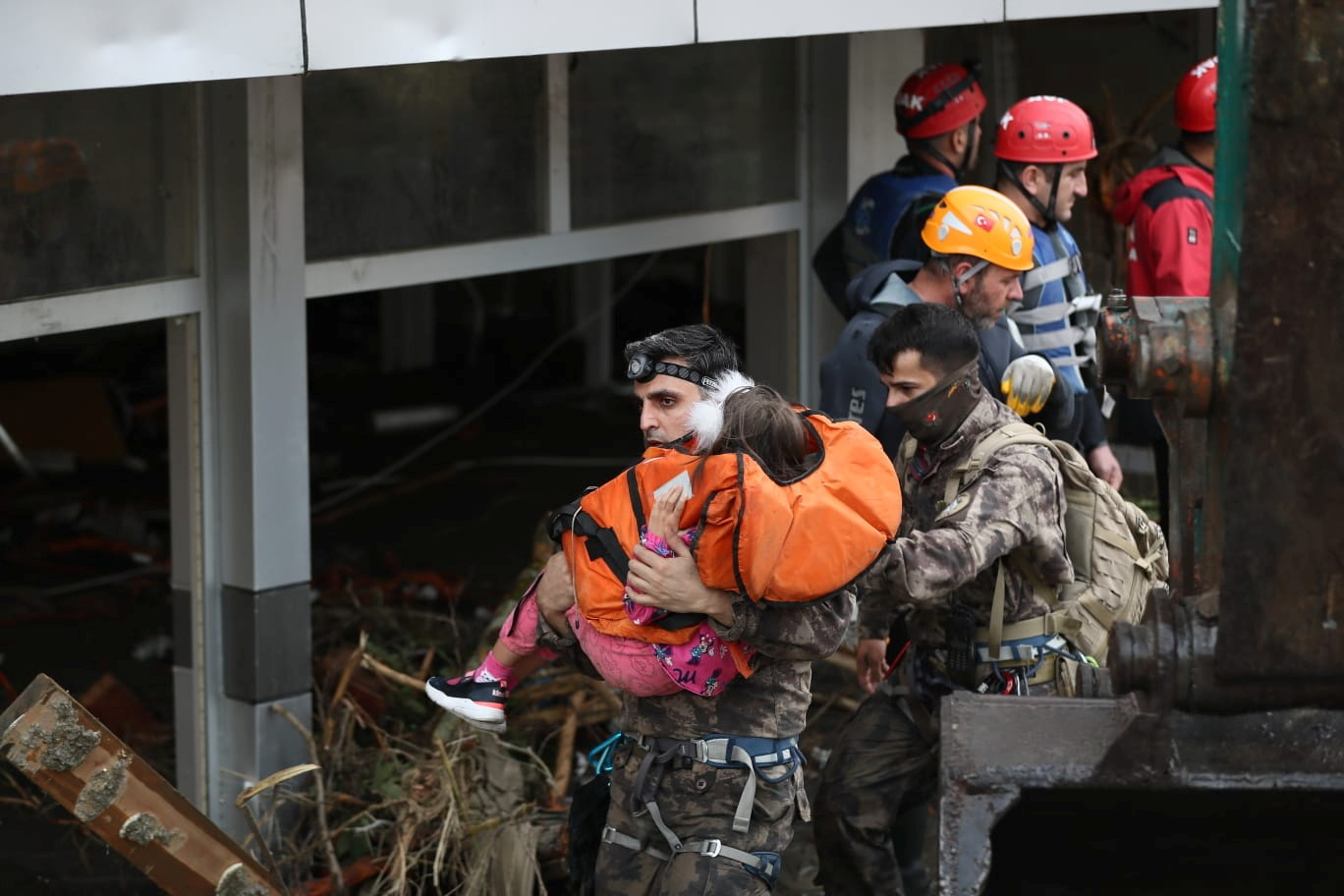 Search and Rescue team members evacuate a girl during flash floods which have swept through towns in the Turkish Black Sea region, in Bozkurt, a town in Kastamonu province, Turkey, August 12, 2021. Picture taken August 12, 2021. Onder Godez/Ministry of Interior Disaster and Emergency Management Authority (AFAD) Press Office/Handout via REUTERS