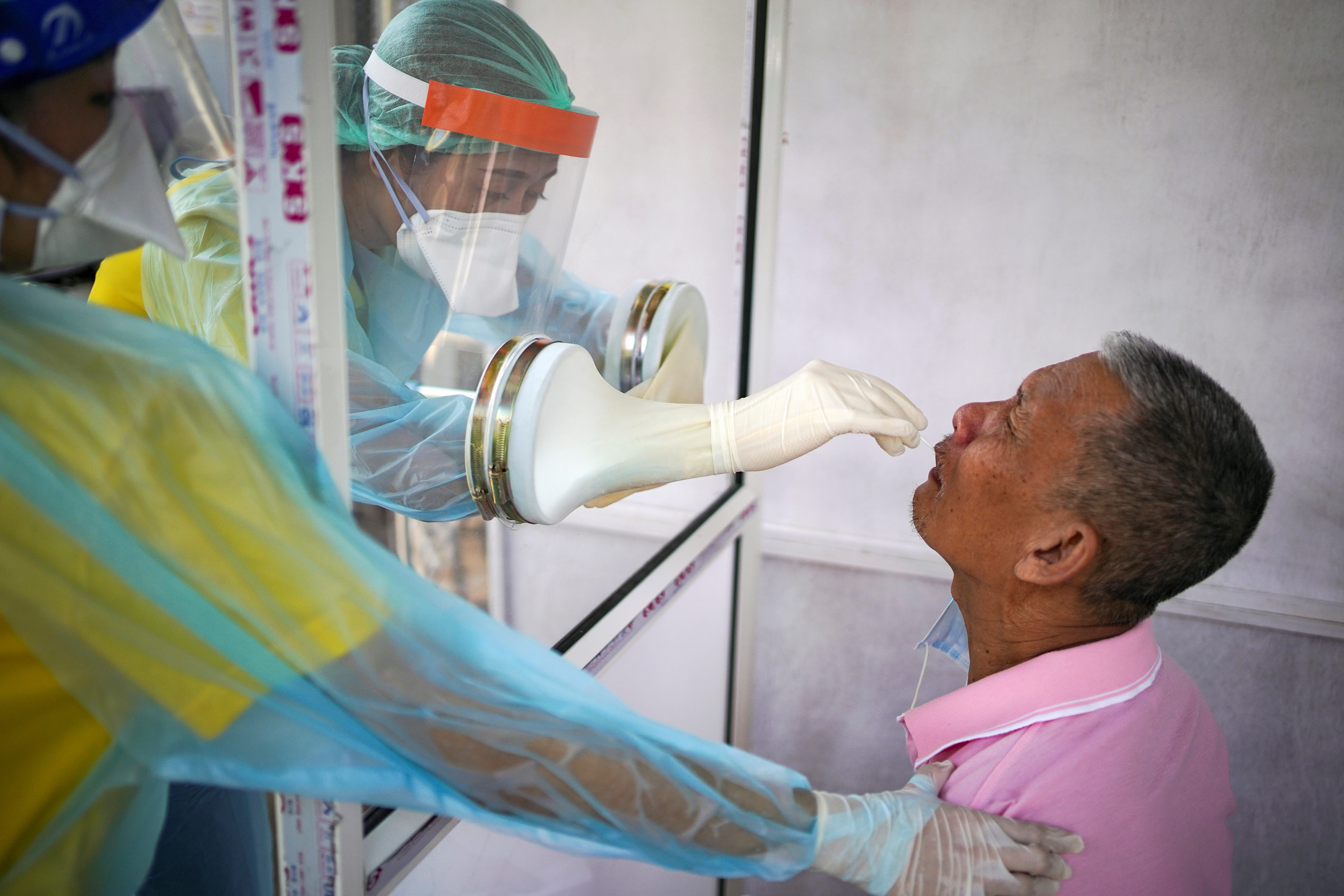Medical personnel perform a nose swab test on a local resident of a community in Bangkok, amid the coronavirus disease (COVID-19) outbreak in Thailand, April 28, 2020. REUTERS/Athit Perawongmetha/File Photo