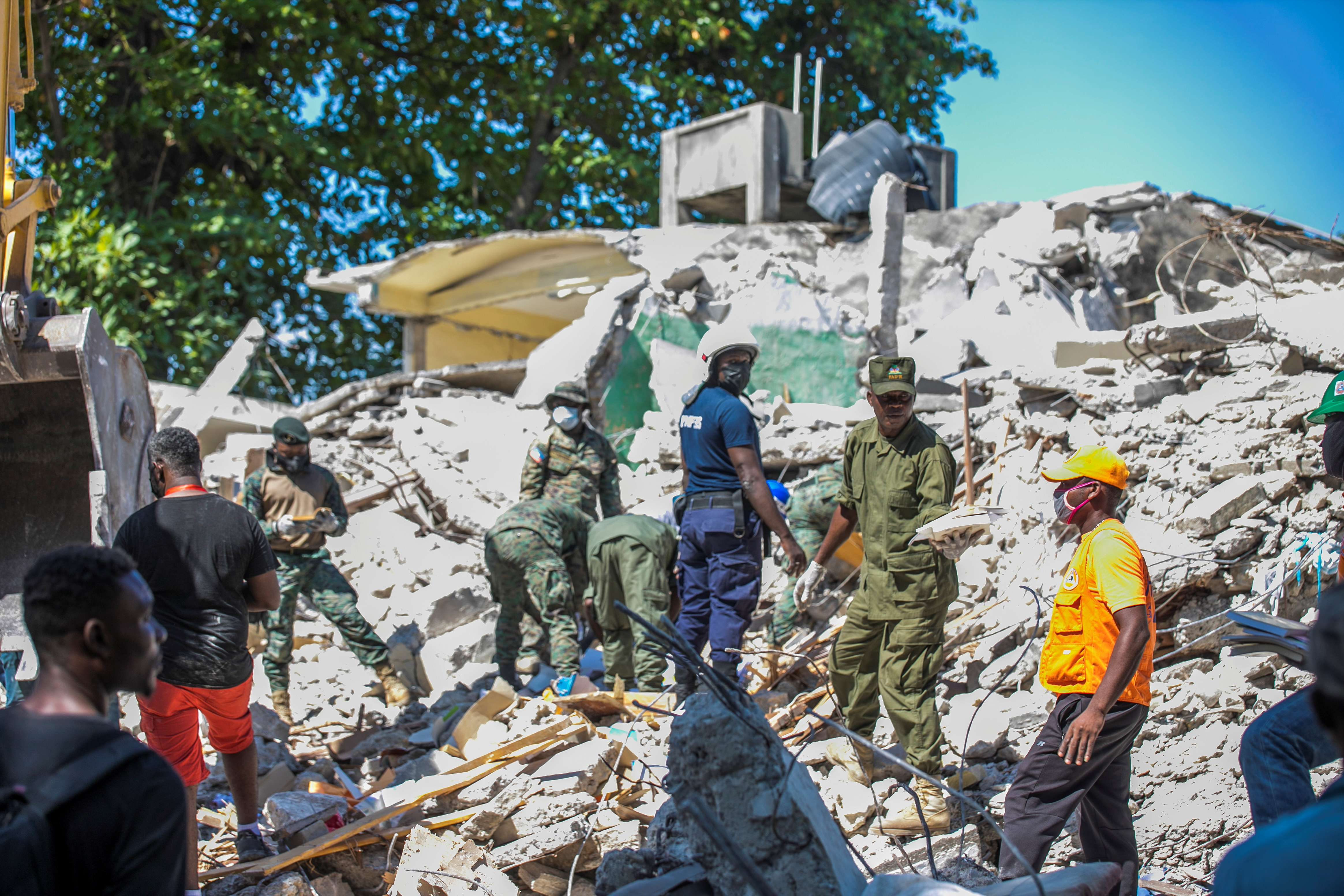 Soldiers and members of a rescue and protection team clean debris from a house after a 7.2 magnitude earthquake in Les Cayes, Haiti August 15, 2021. REUTERS/Ralph Tedy Erol NO RESALES. NO ARCHIVES
