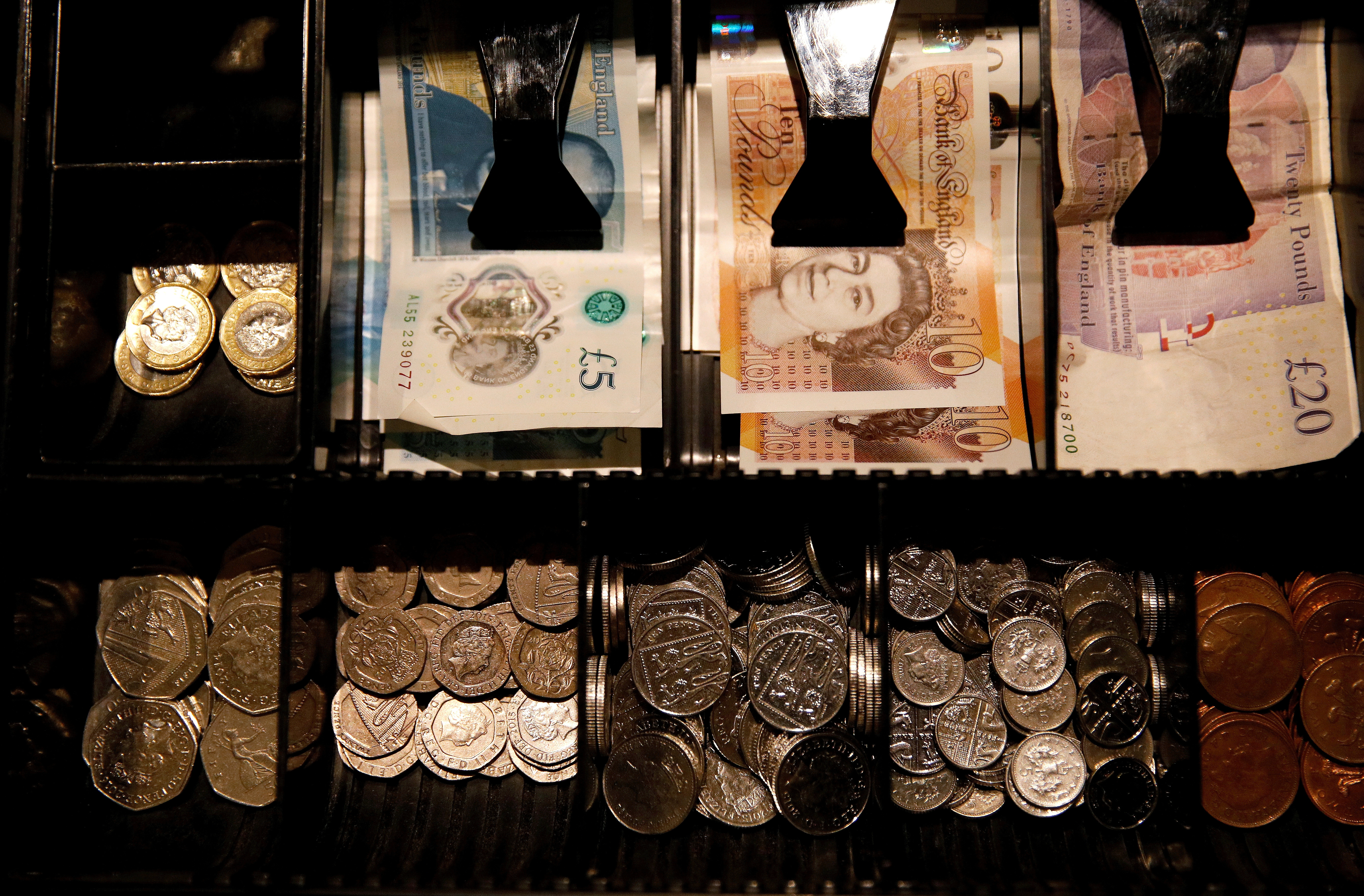 Pound Sterling notes and change are seen inside a cash resgister in a coffee shop in Manchester, Britain, Septem,ber 21, 2018. REUTERS/Phil Noble/File Photo