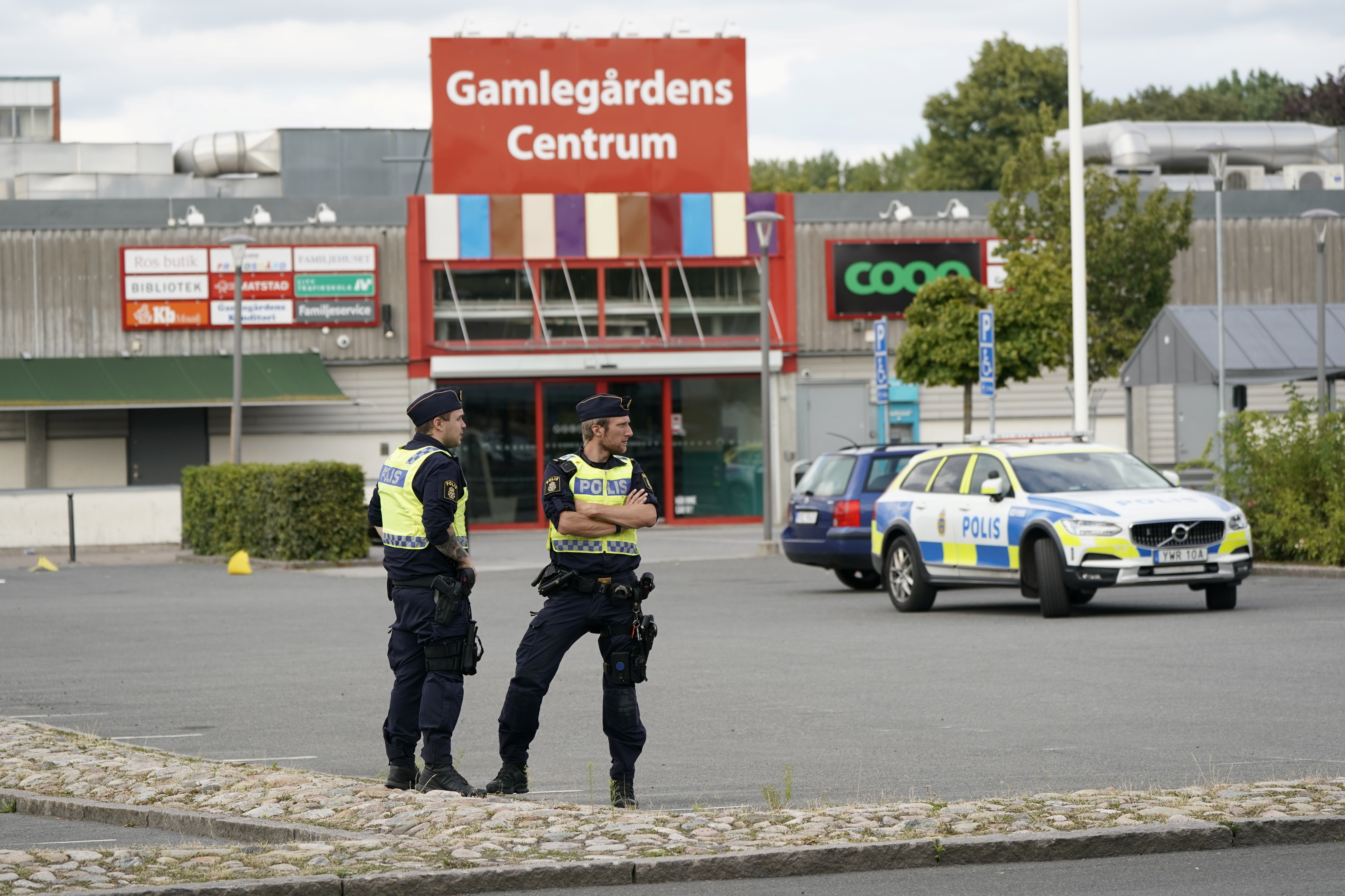 Police officers work at the scene after a shooting in Kristianstad, Sweden August 3, 2021. Johan Nilsson/ TT News Agency/via REUTERS