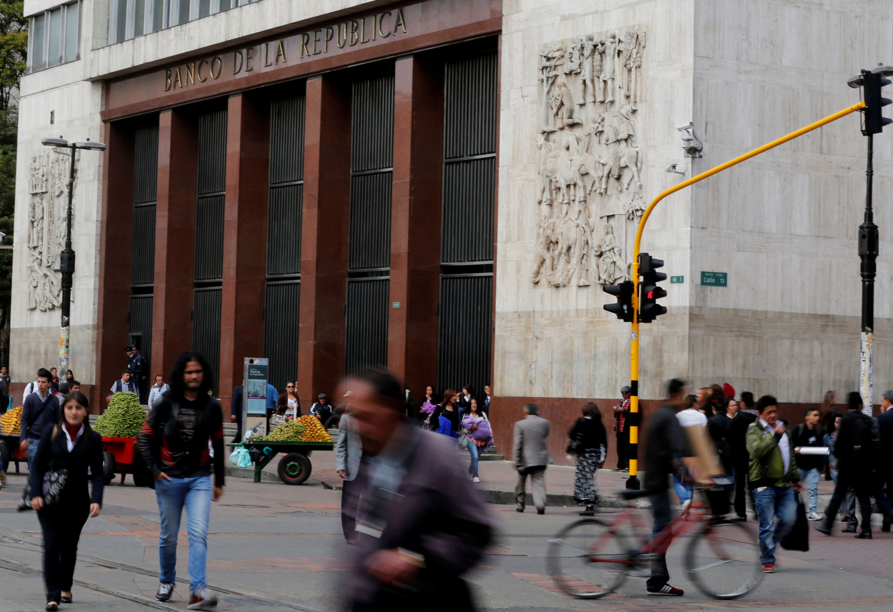 People walk past Colombia's central bank in Bogota, August 20, 2014. REUTERS/John Vizcaino/File Photo