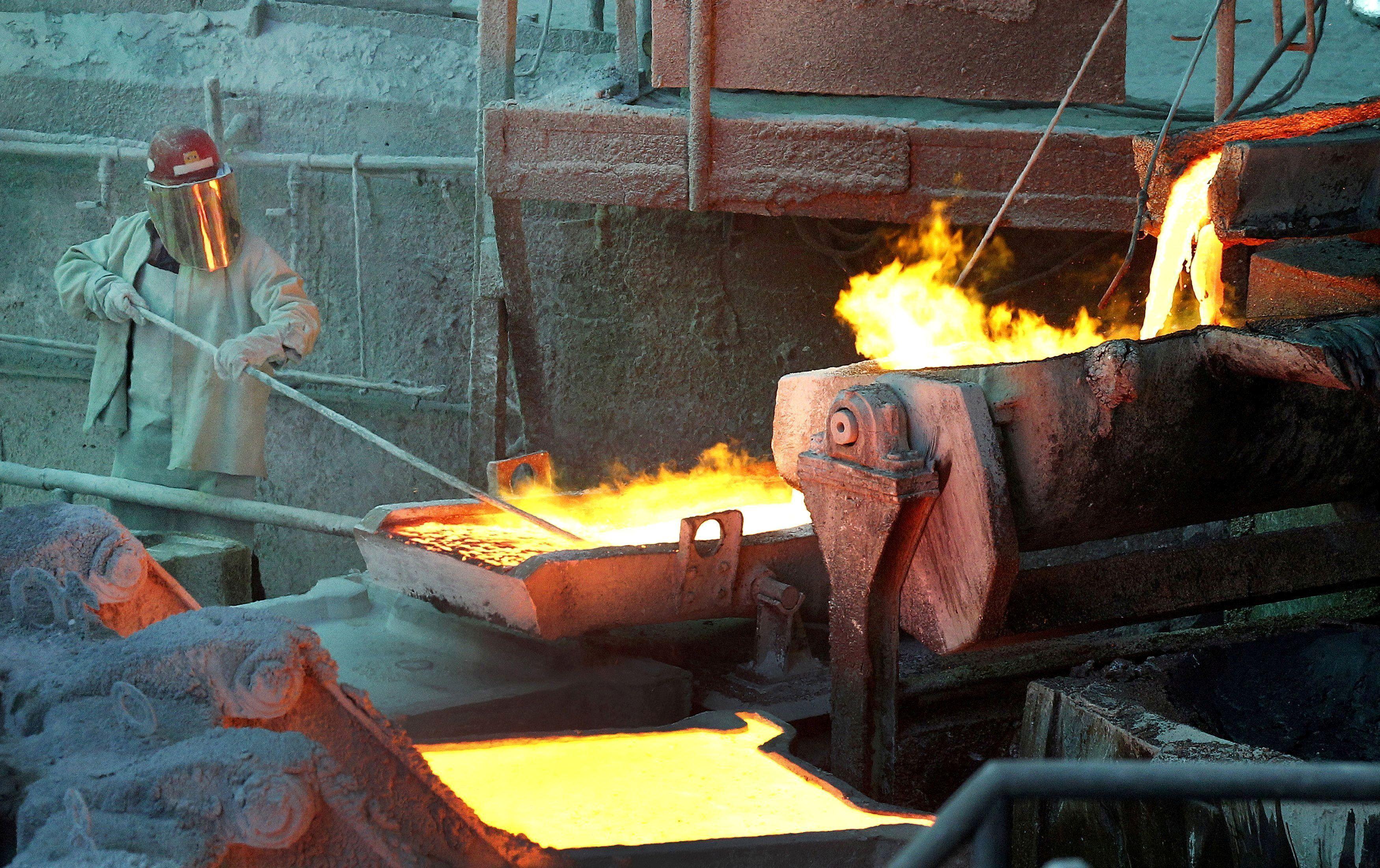 A worker monitors a process at the Codelco Ventanas copper smelter in Ventanas, Chile, January 7, 2015. REUTERS/Rodrigo Garrido