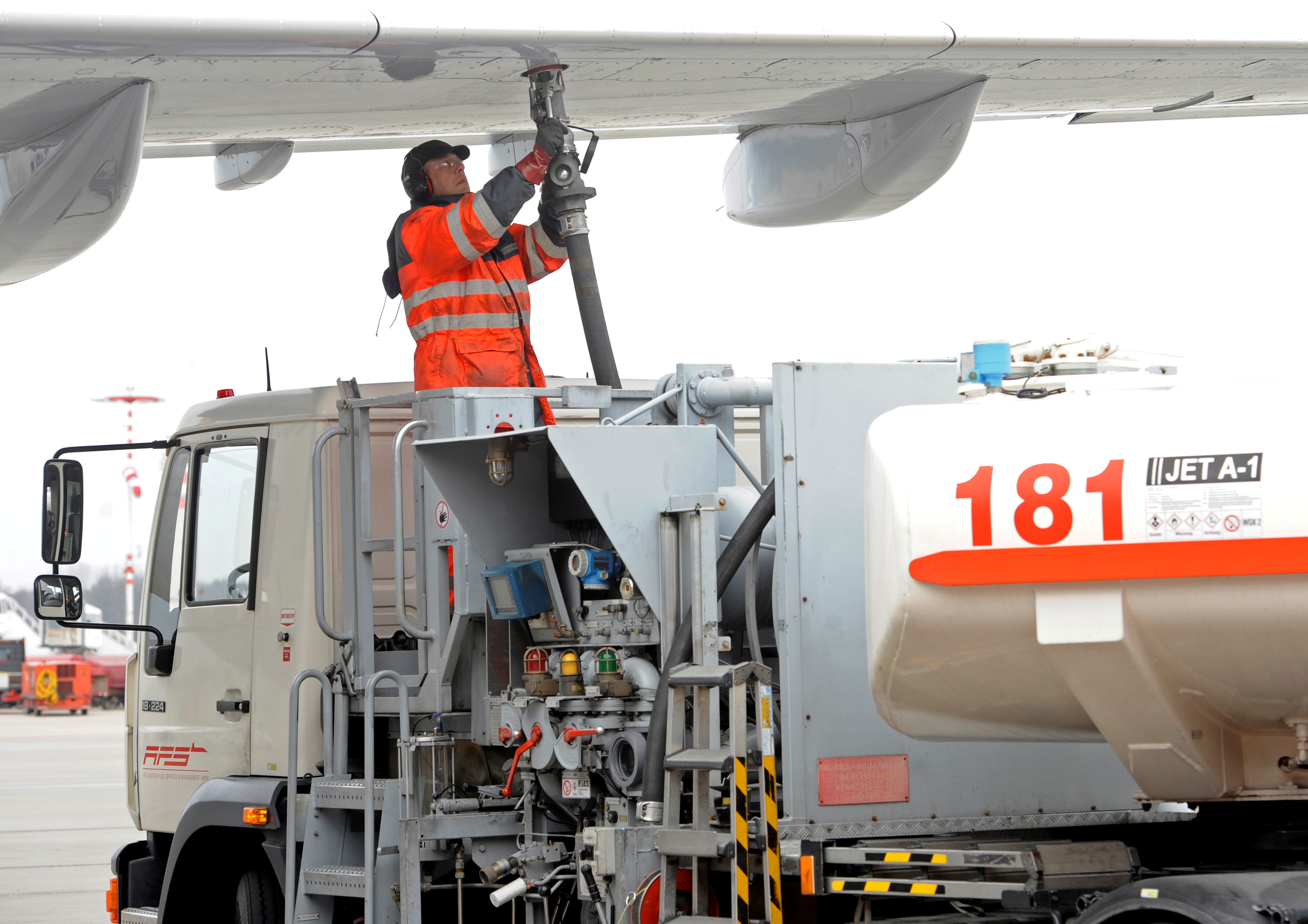 A worker fills an Airbus jet with aviation fuel in Hamburg, March 14, 2012.  REUTERS/Fabian Bimmer/File Photo