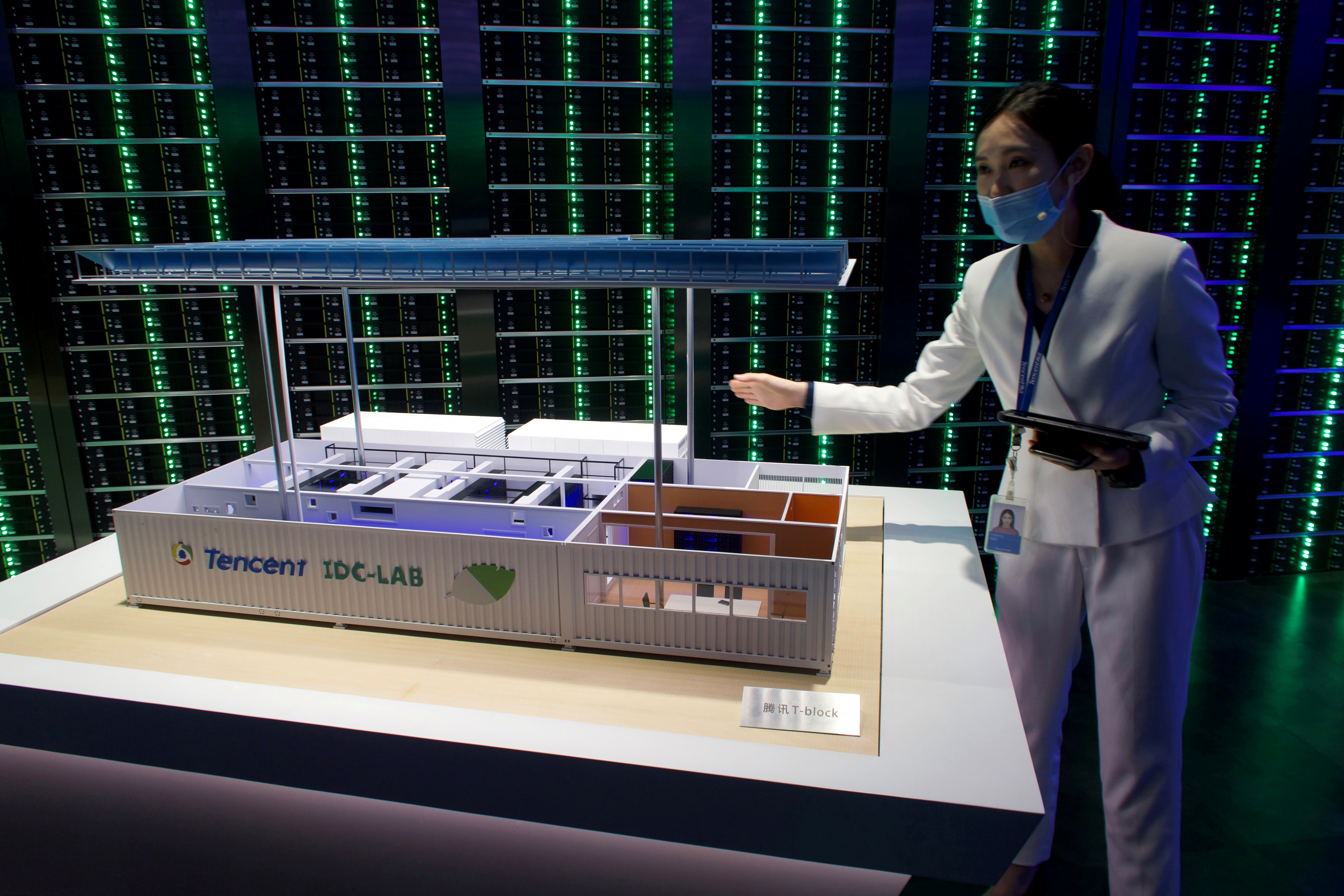 A staff member introduces Tencent's Internet Data Center (IDC) cloud computing service during a government-organized media tour to Tencent headquarters in Shenzhen, Guangdong province China September 27, 2020. REUTERS/David Kirton/File Photo