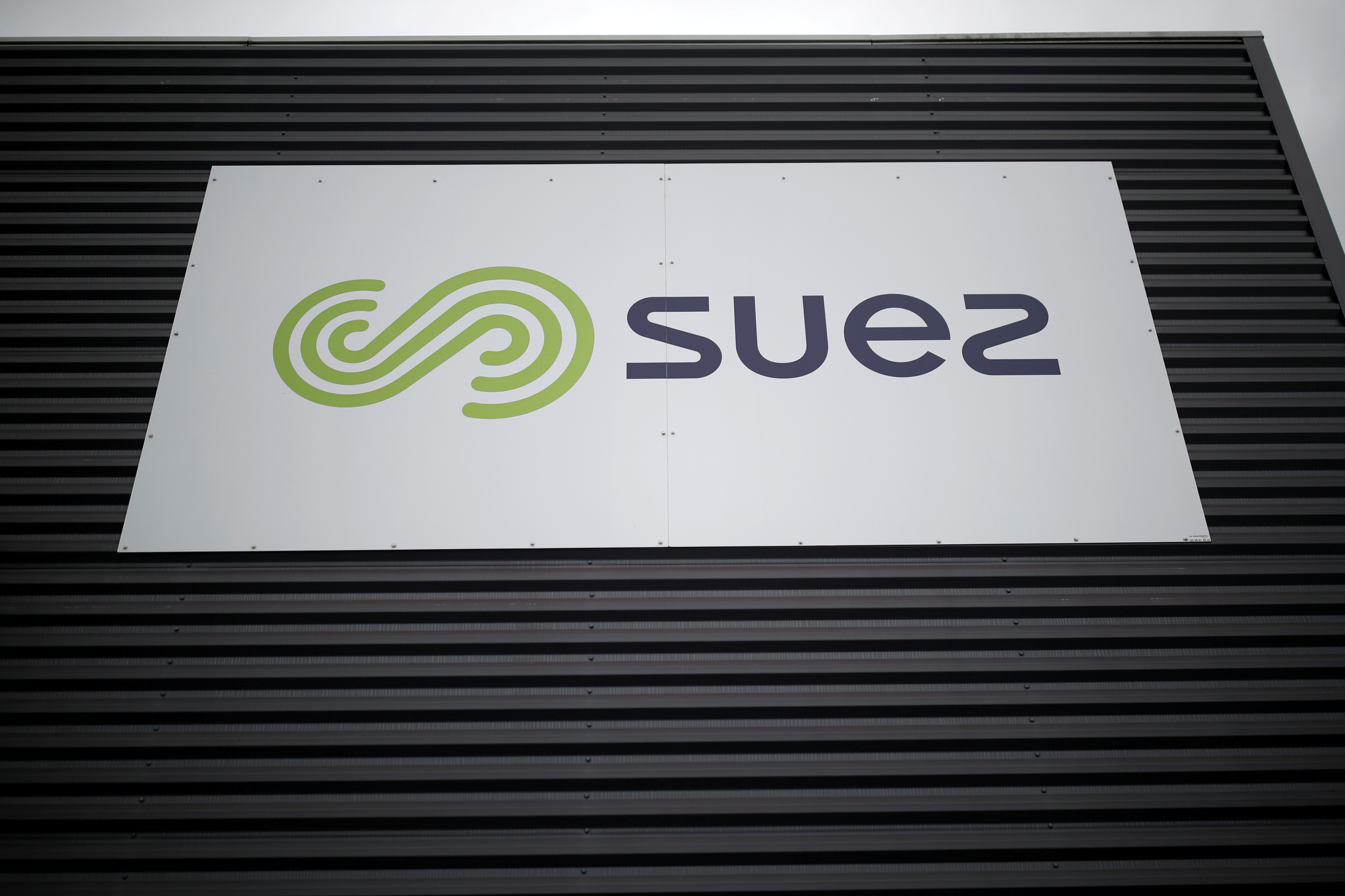 The logo of Suez is seen in La Chapelle-sur-Erdre near Nantes, France, October 5, 2020. REUTERS/Stephane Mahe