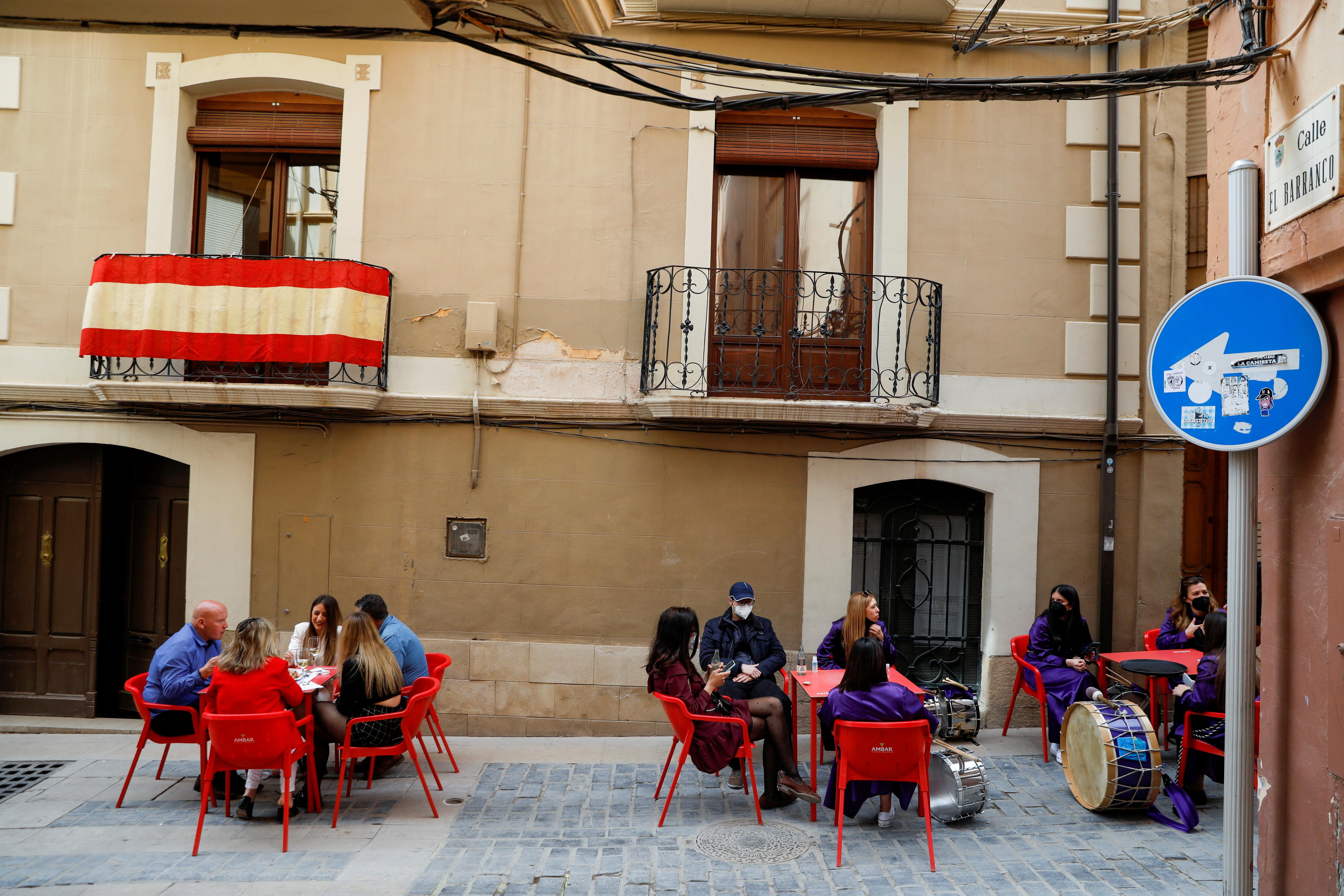 """Άνθρωποι σε μια βεράντα εστιατορίου στο τέλος της Μεγάλης Παρασκευής """"Rompida de la Hora"""" (Breaking of the hour) στην Calanda της Ισπανίας, 2 Απριλίου 2021. REUTERS / Susana Vera"""