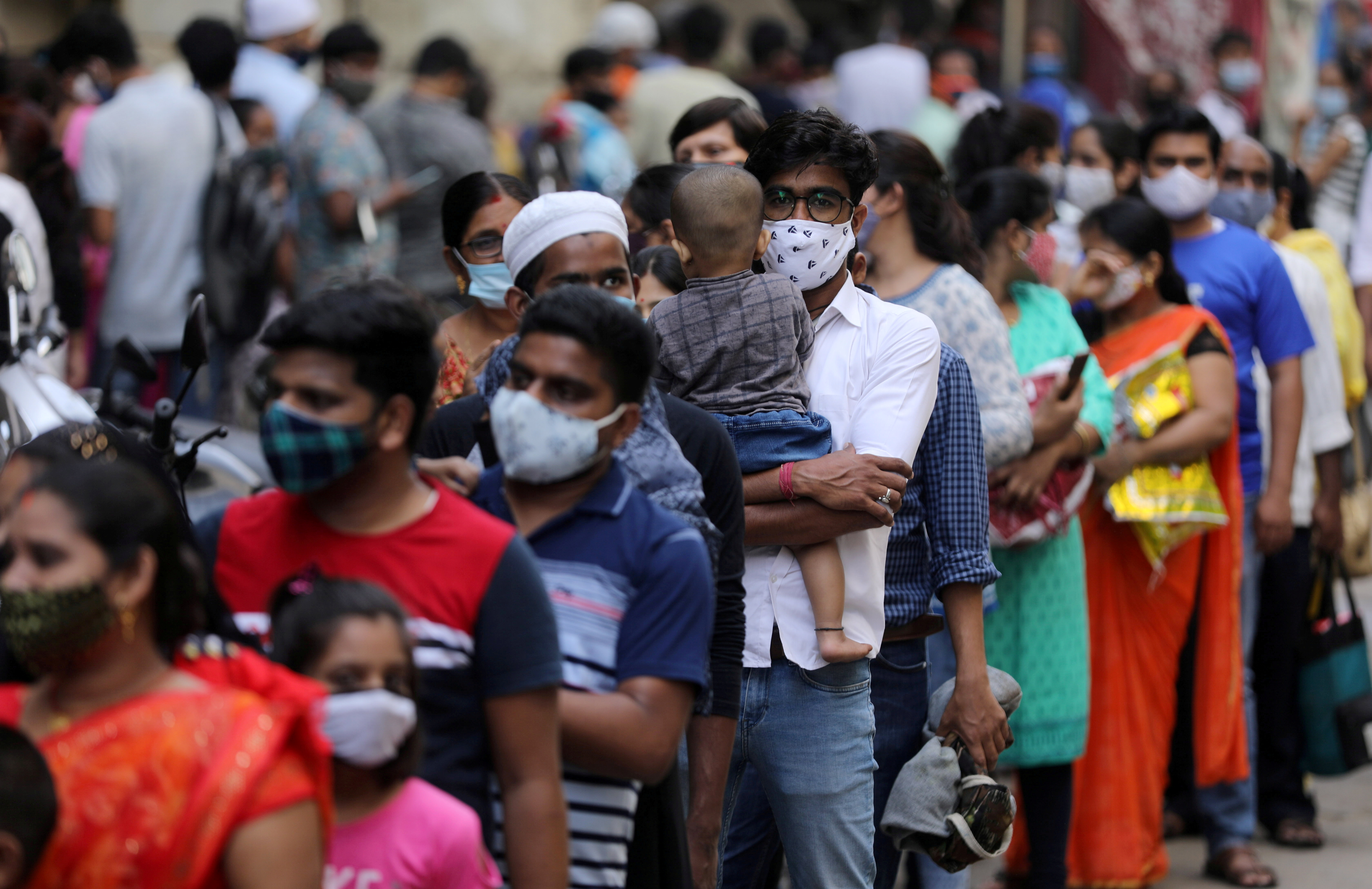 People wait in a line to enter a supermarket amidst the spread of the coronavirus disease (COVID-19) in Mumbai, India, April 4, 2021. REUTERS/Francis Mascarenhas/File Photo