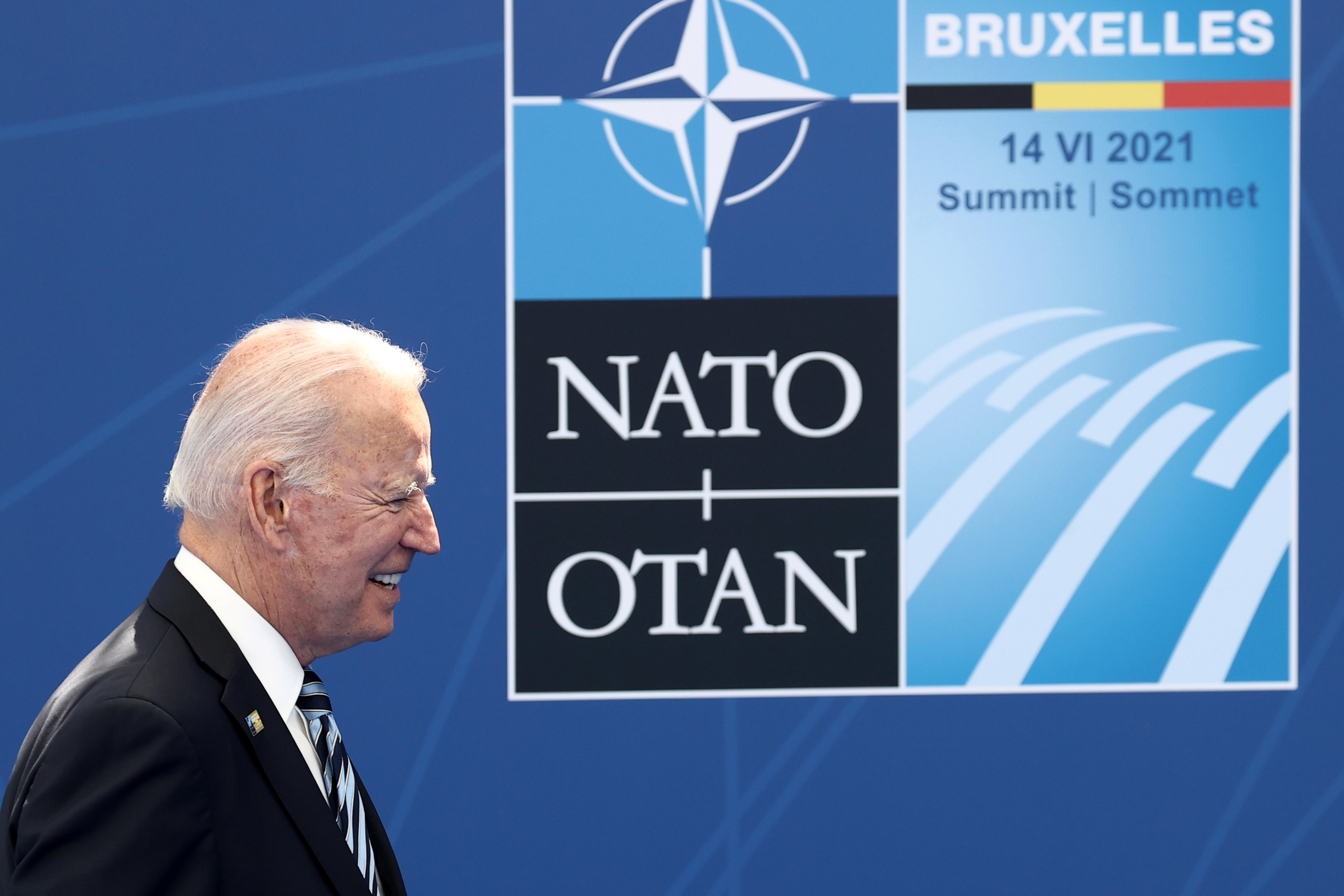 JAV prezidentas Joe Bidenas atvyksta papozuoti su NATO generaliniu sekretoriumi Jensu Stoltenbergu per NATO viršūnių susitikimą Aljanso būstinėje, Briuselyje, Belgijoje, 14 m. Birželio 2021 d. Kenzo Tribouillard / Pool per REUTERS