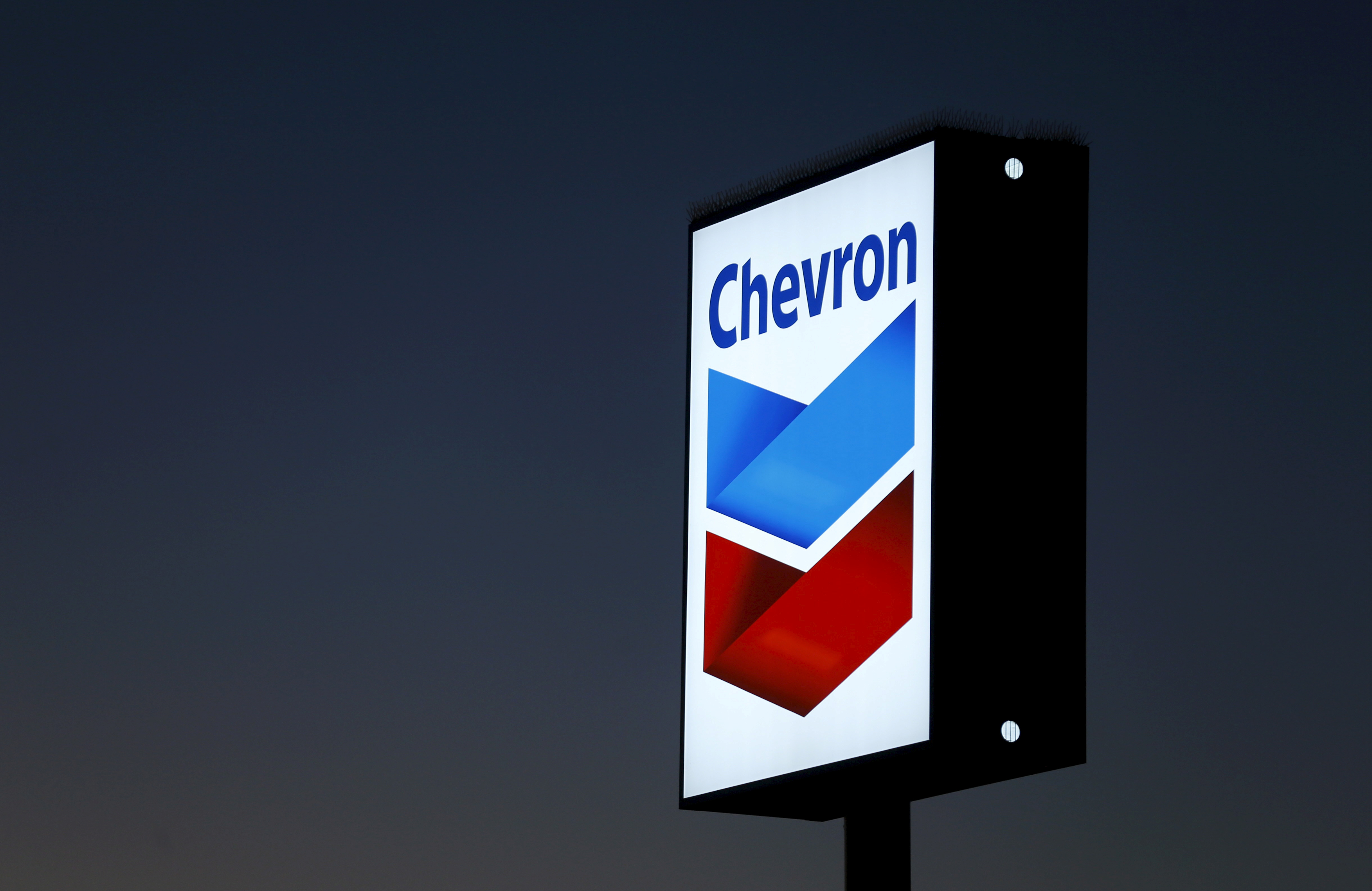 A Chevron gas station sign is shown in Cardiff, California, in this January 25, 2016 file photo. REUTERS/Mike Blake/Files/File Photo